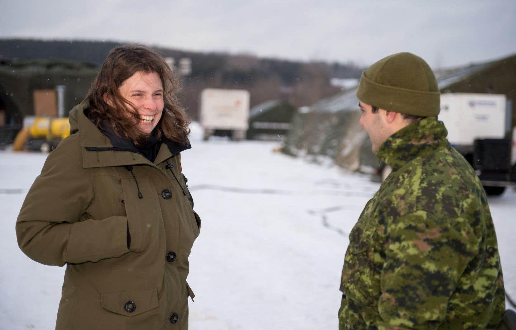 L'auteure Roxanne Bouchard discute avec un militaire.