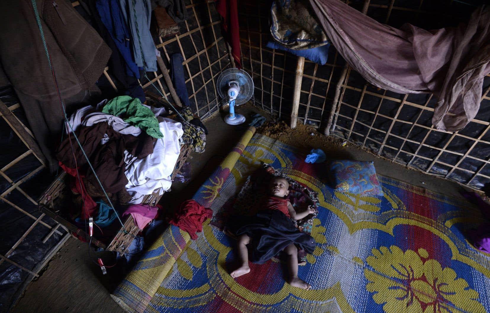 Quelque 900 000 musulmans rohingyas du Myanmar s'entassent dans des conditions insalubres dans des camps de tentes dans le sud du Bangladesh.