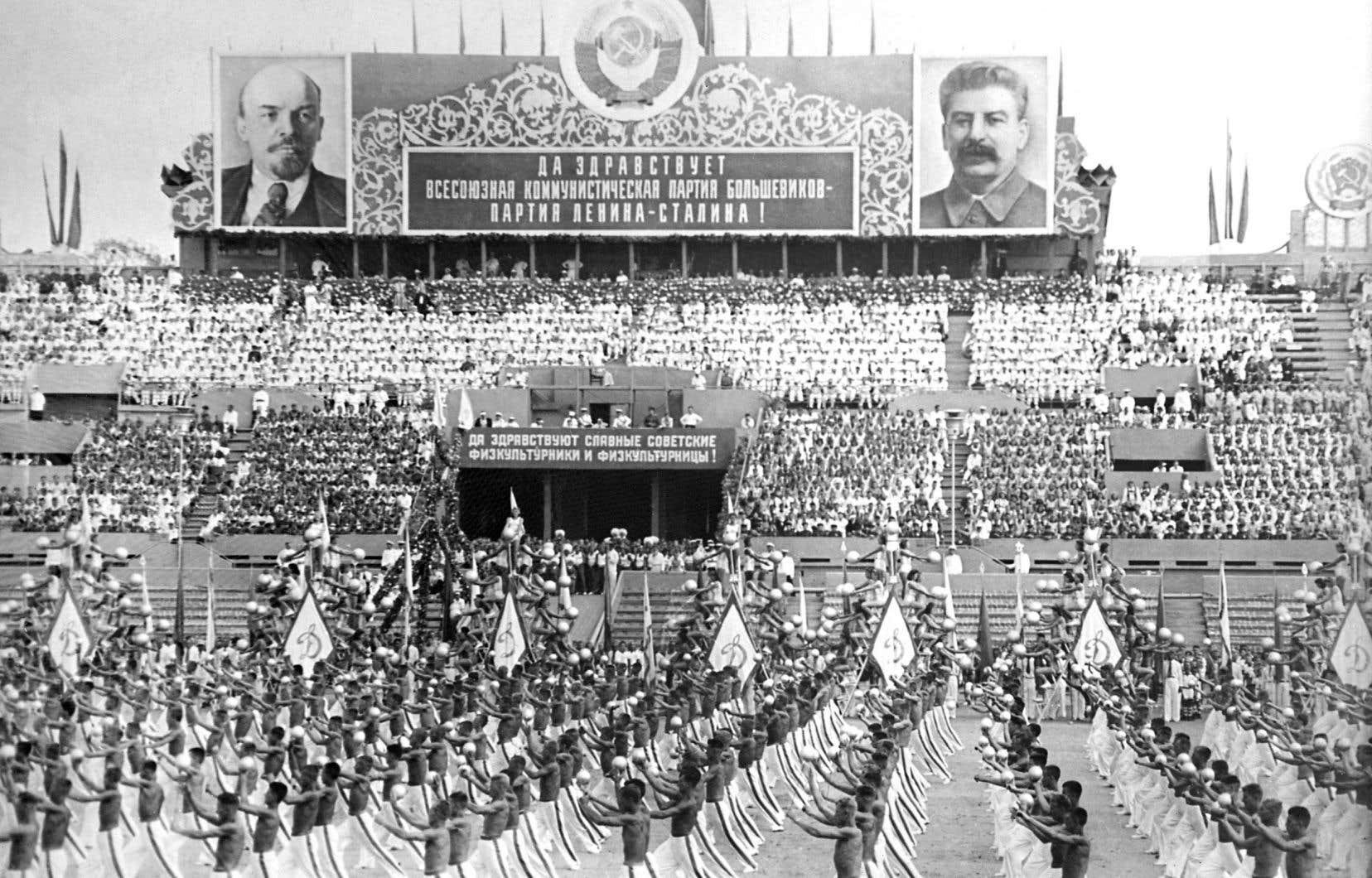 Malgré ses défauts, l'URSS est devenu un phare pour ceux qui cherchent l'égalité sociale, tant en Occident que dans ses colonies, rappelle l'auteur. Sur la photo, des gymnastes soviétiques défilent sous les portraits de Lénine et Staline en 1946.