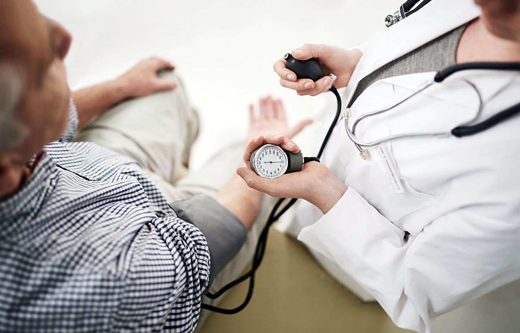 Des études ont montré que le sarrau que porte le médecin, le stéthoscope autour de son cou évoquent la connaissance et l'autorité médicales et vont générer une série d'attentes inconscientes quant à l'efficacité du traitement.