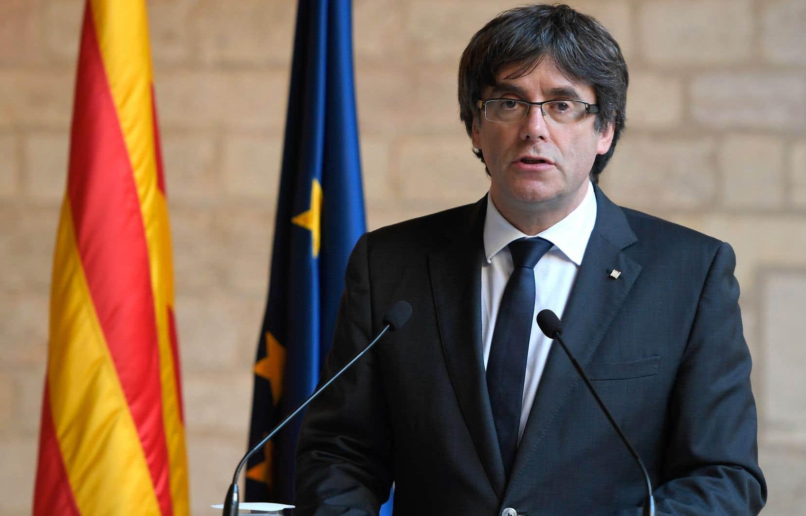 Carles Puigdemont et les quatre membres du gouvernement catalan déchu se sont rendus d'eux-mêmes au siège de la police fédérale dimanche