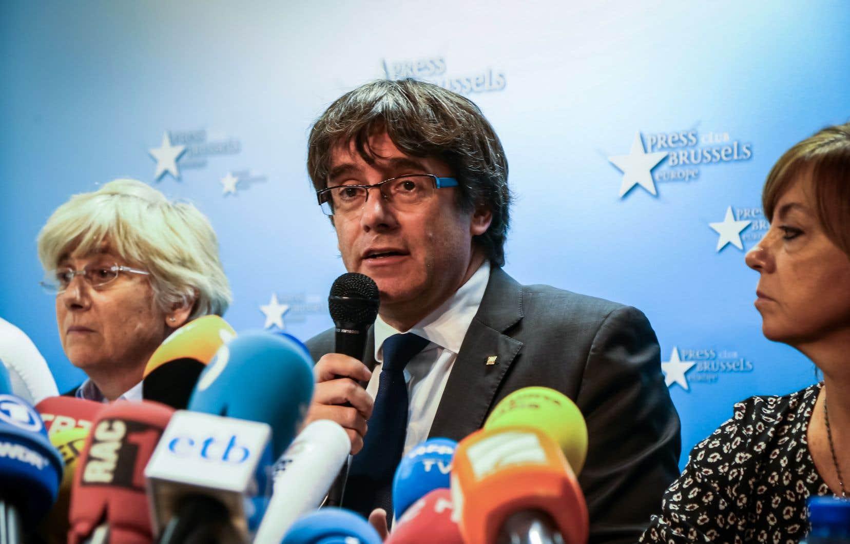 Carles Puigdemont demandait à l'Europe d'intervenir devant la répression de la Catalogne, affirmant que «tolérer la violence de l'extrême droite, c'est rompre avec l'idée de l'Europe, une erreur que tous les Européens paieront cher».