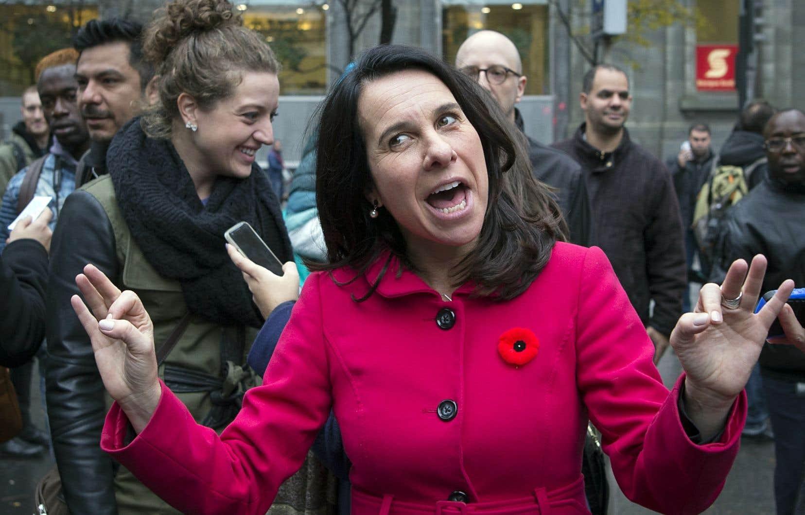 Valérie Plante a pris un premier bain de foule en tant que nouvelle élue lundi matin, à la sortie de la station de métro Square-Victoria—OACI, avant de se rendre jusqu'à l'hôtel de ville en marchant, entourée de son équipe. La bonne humeur était palpable.