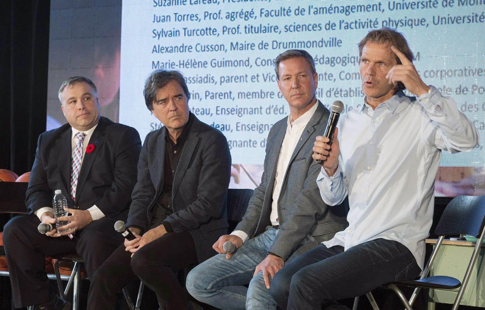 Le ministre de l'Éducation, Sébastien Proulx, l'architecte Pierre Thibault, le chef Ricardo Larrivée et l'athlète Pierre Lavoie ont dévoilé les grandes lignes de l'«école du futur».