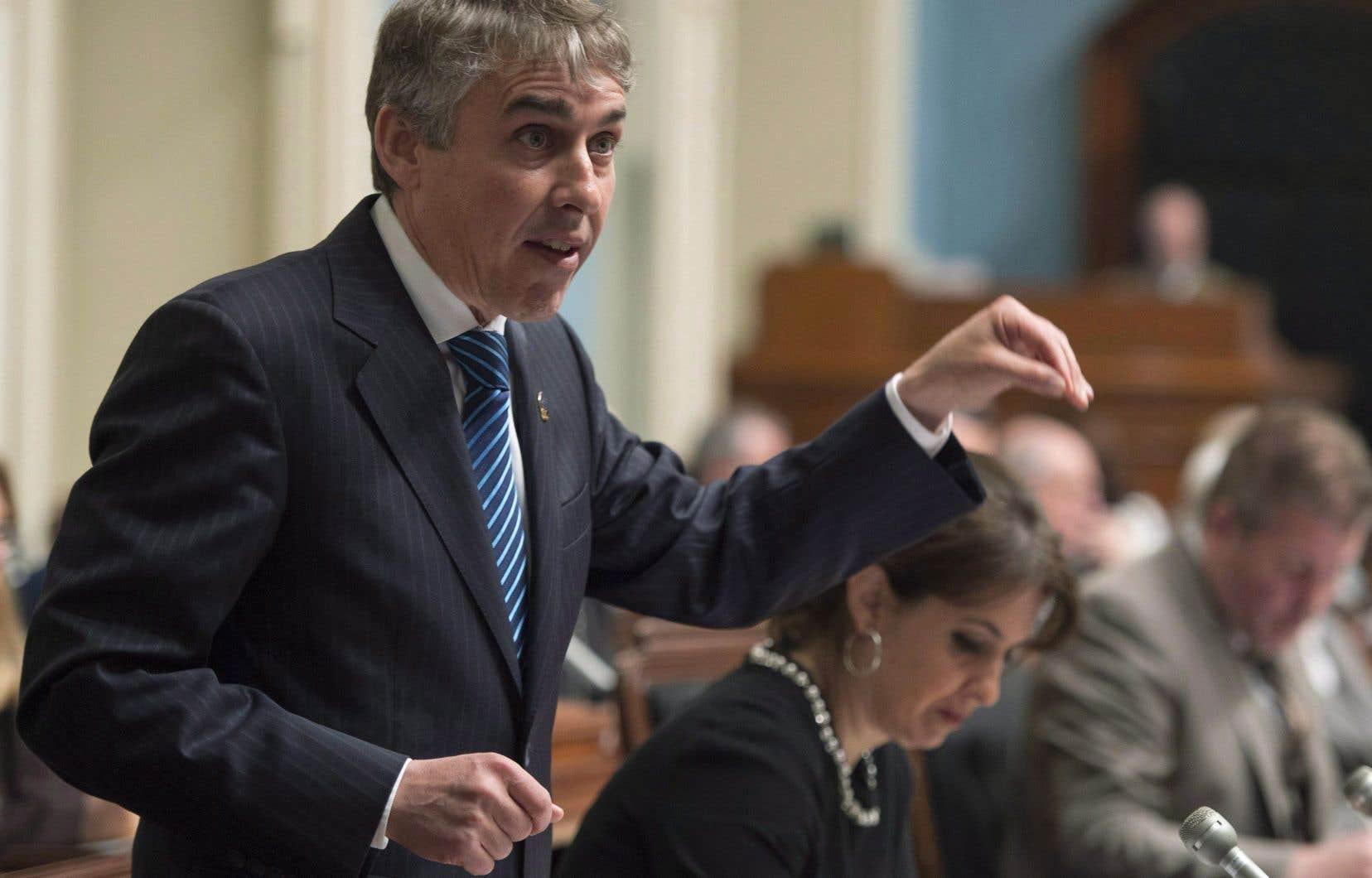 Le porte-parole du Parti québécois en finances, Nicolas Marceau, soupçonne le gouvernement Couillard de fermer les yeux sur les paradis fiscaux en raison de ses accointances avec des amis du parti qui y ont recours.