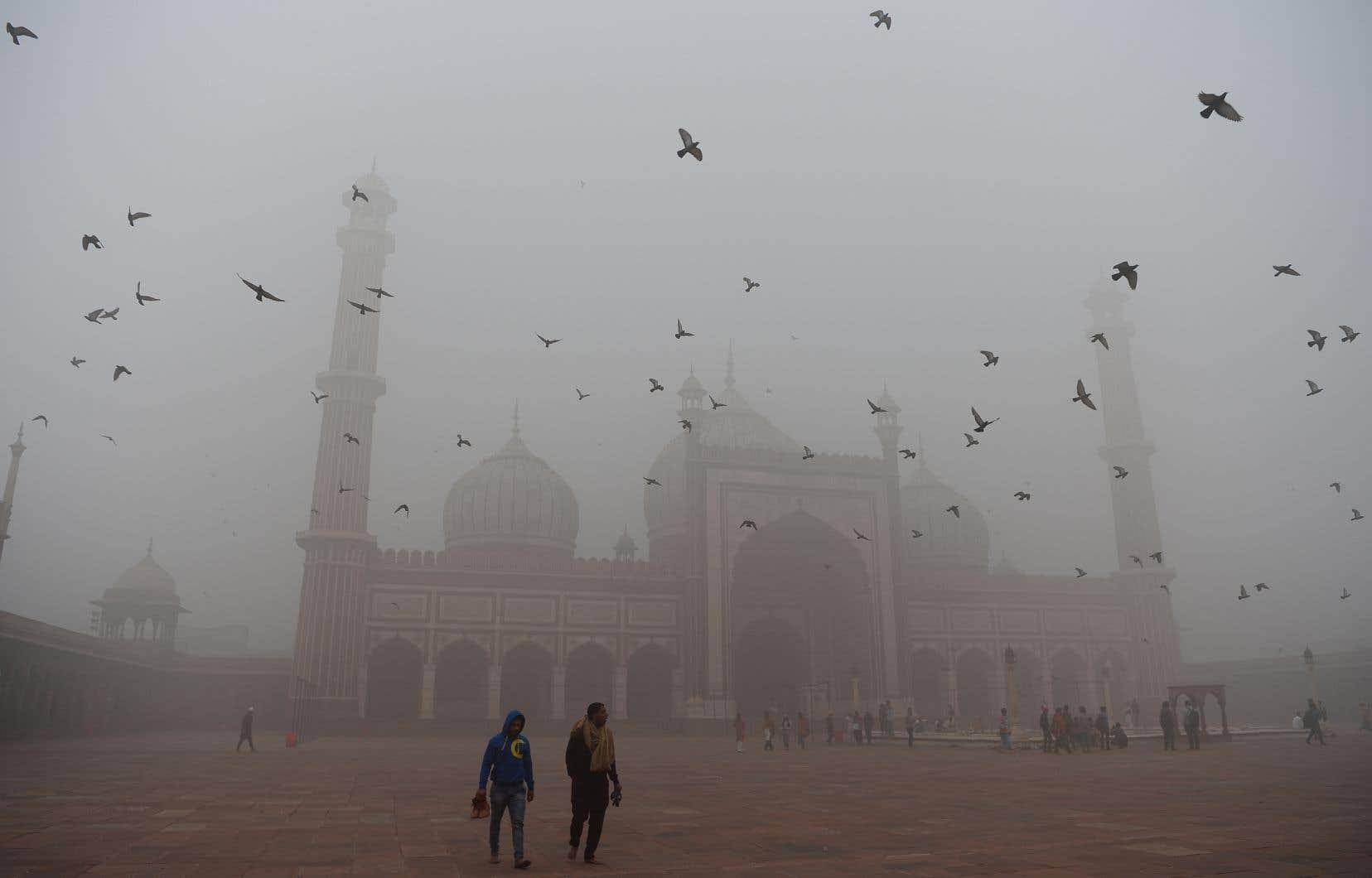 Mercredi après-midi, une brume lumineuse emprisonnait l'étendue urbaine de New Delhi.