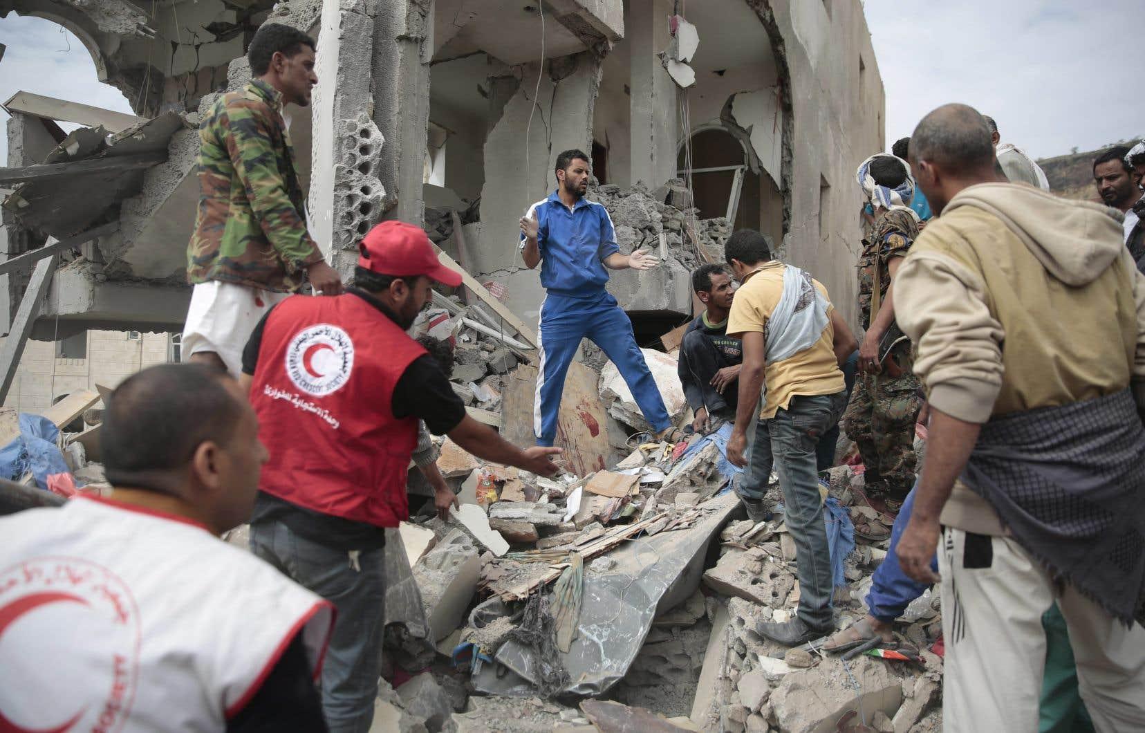 Des bénévoles cherchent des survivants sous les décombres des immeubles détruits dans les raids aériens de la coalition menée par l'Arabie saoudite, le 25 août dernier.