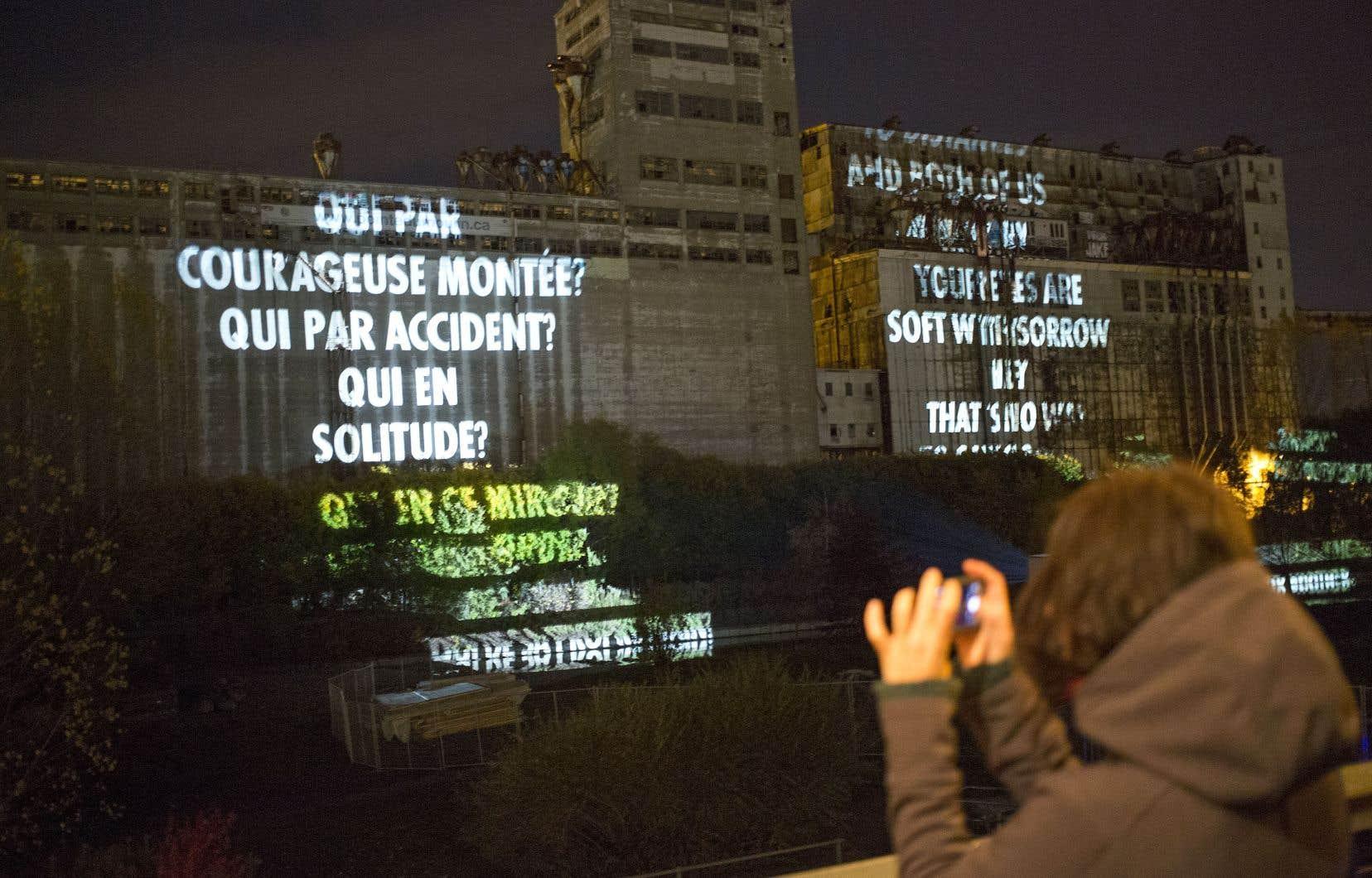 La poésie du grand Leonard Cohen nourrit les projections lumineuses conçues par l'artiste américaine Jenny Holzer, à voir jusqu'à samedi, au Vieux-Port de Montréal.