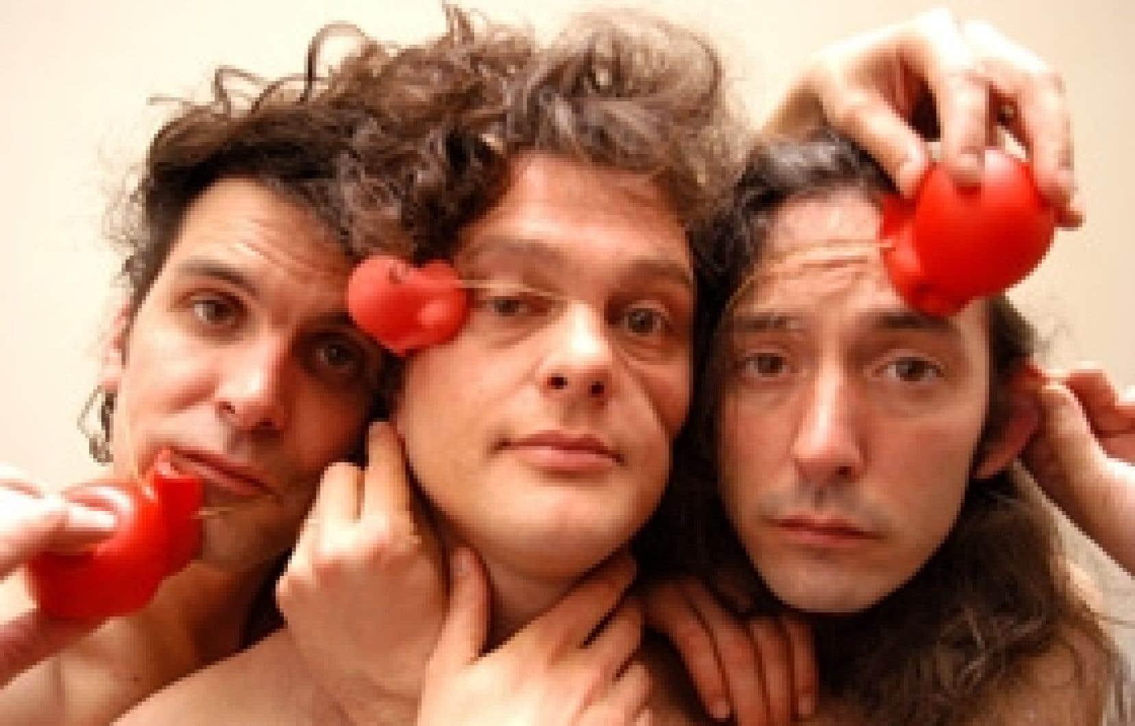 Sur scène, les trois chanteurs oscillent entre de petites saynètes humoristiques et des morceaux souvent comiques, parfois plus tendres, joués avec presque rien.