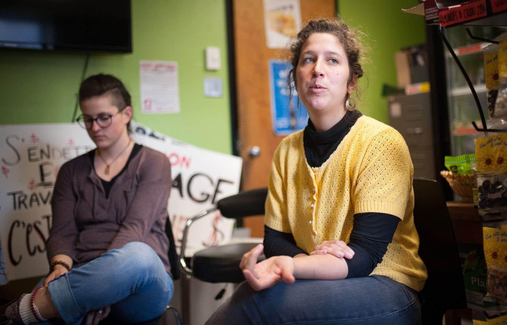 Pendant un atelier de Valérie Simard (à droite), étudiante et stagiaire en enseignement et militante au sein du Comité unitaire sur le travail étudiant de l'UQAM, au Café Mal-aimé de l'UdeM.
