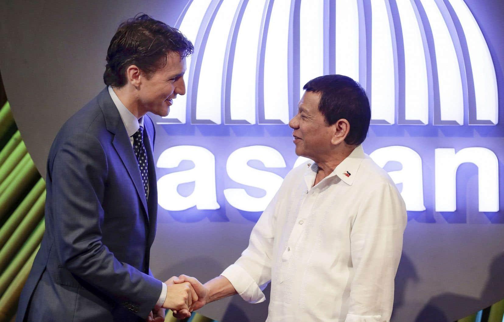 Justin Trudeau a échangé quelques mots avec le président philippin, Rodrigo Duterte, à l'ouverture du sommet de l'Association des nations de l'Asie du Sud-Est, lundi à Manille.