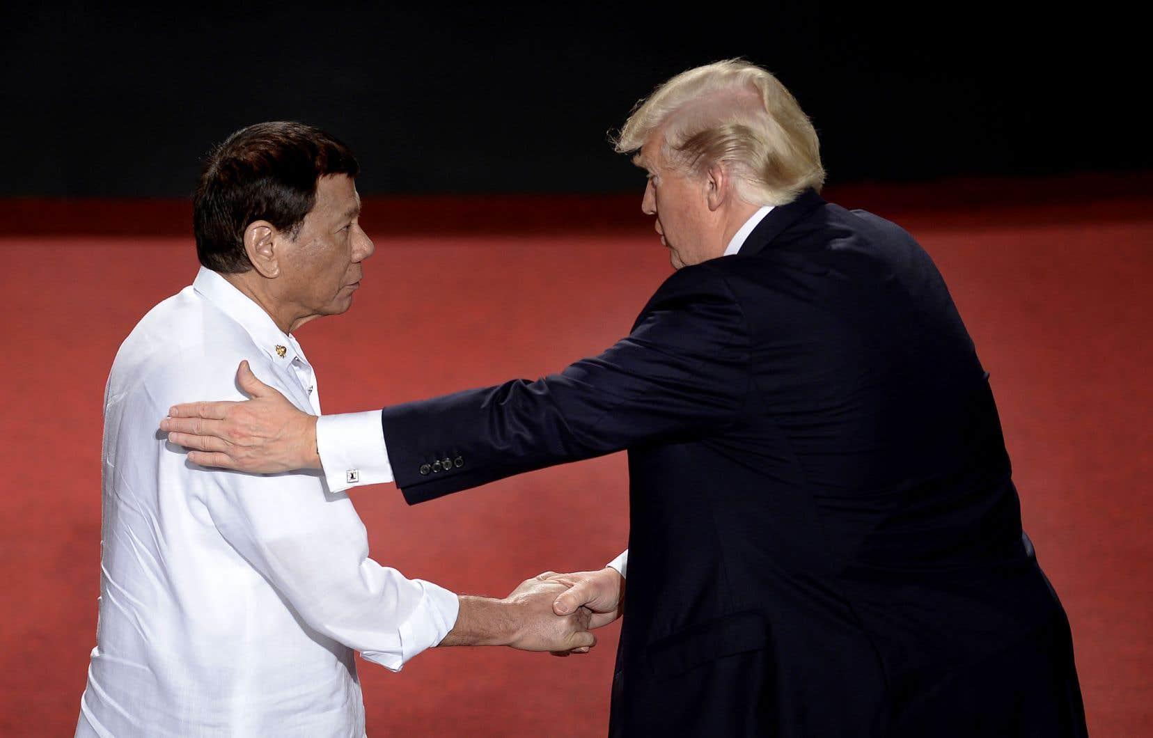 À Manille, les deux chefs d'État, sont apparus chaleureux et complices, une rupture avec la relation entre le président philippin et le prédécesseur de Trump, Barack Obama, qui avait annulé une rencontre après une insulte du dirigeant asiatique.