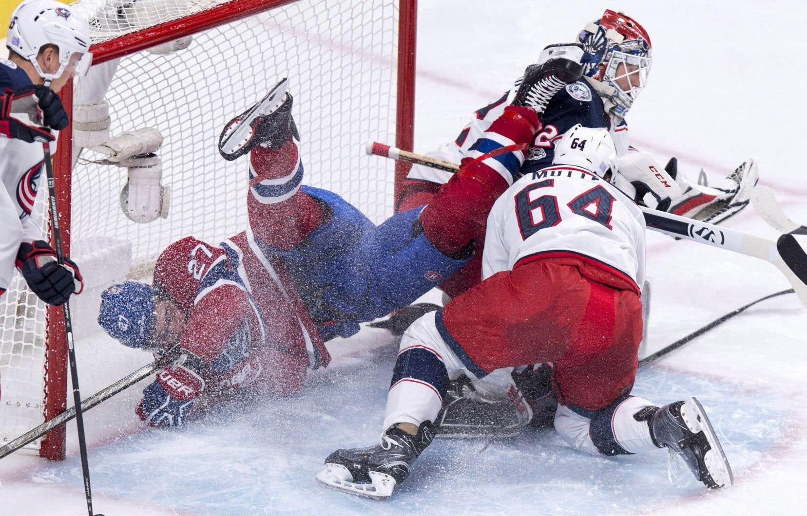Alex Galchenyuk, du Canadien de Montréal, entre dans le filet derrière le gardien des Blue Jackets de Columbus Sergei Bobrovsky et l'attaquant Tyler Motte, mardi.