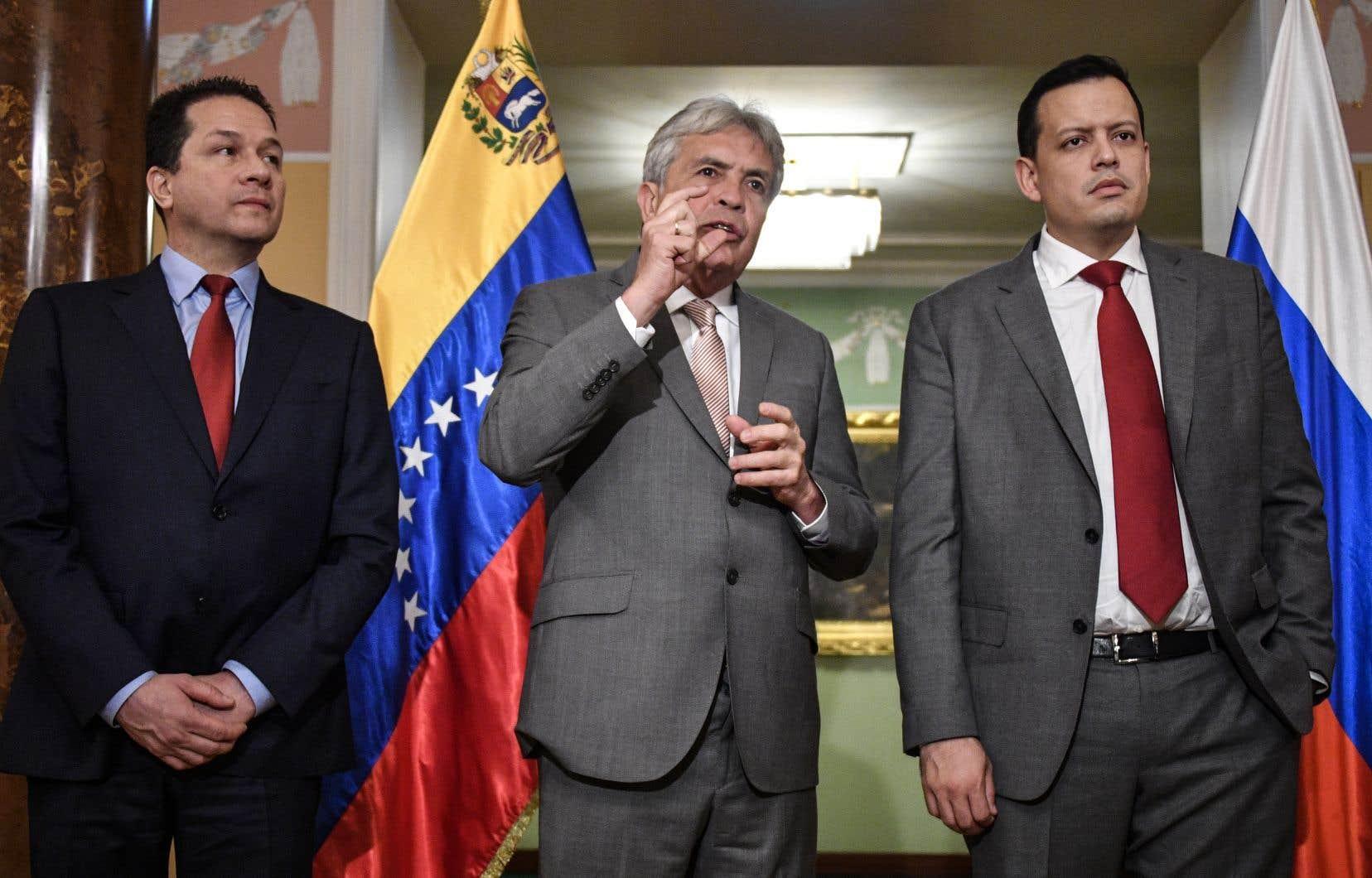 Le chef de la mission diplomatique du Venezuela à Moscou, Carlos Rafael Faria Tortosa, le ministre de l'Agriculture, Wilmar Castro, et le ministre des Finances, Simon Zerpa