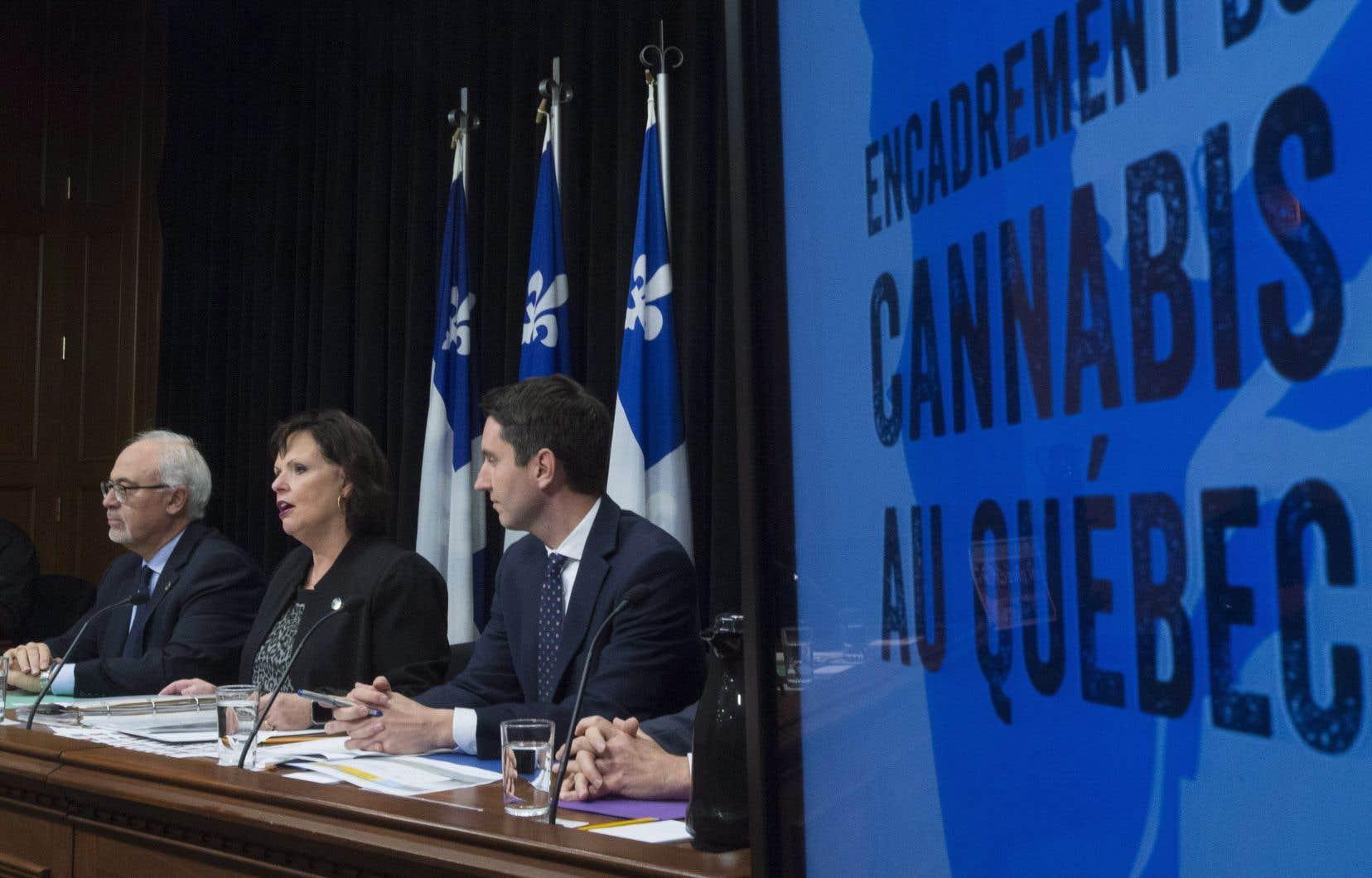La ministre déléguée à la Santé publique, Lucie Charlebois, aux côtés des ministres des Finances, Carlos Leitao, et des Transports, André Fortin