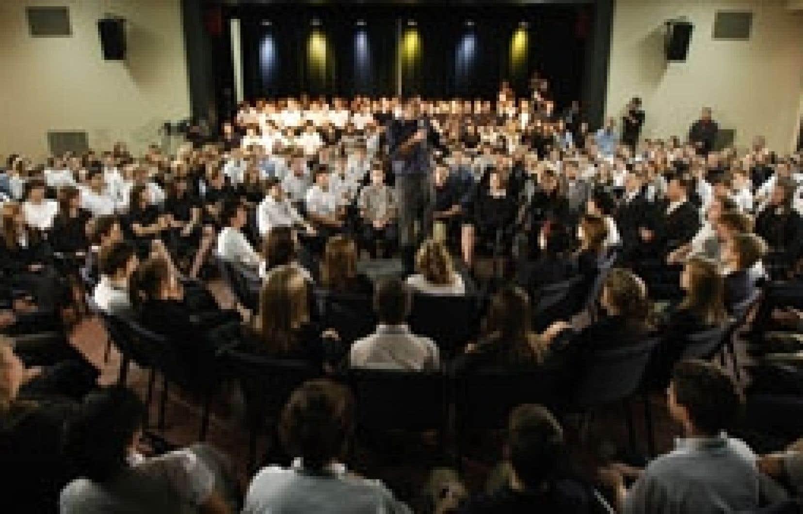 Le chef adéquiste, Mario Dumont, s'est adressé aux élèves de l'Académie Saint-Louis, à Québec, hier.