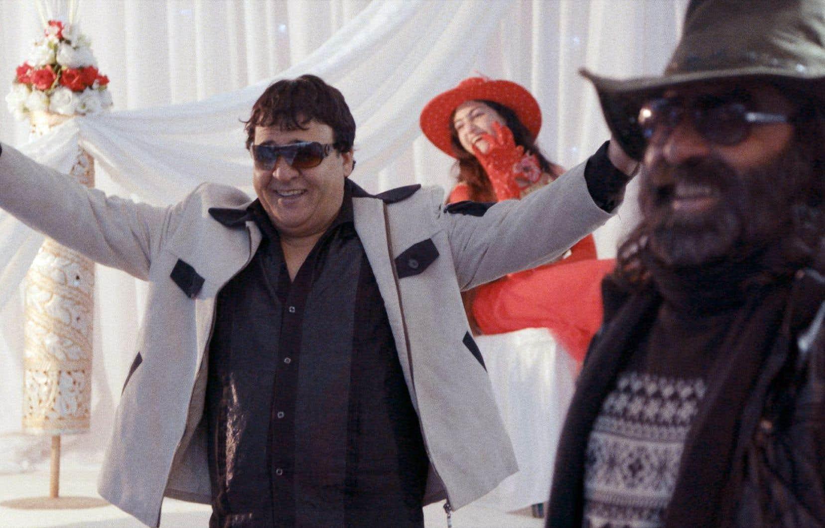 «Nothingwood» suit, à travers les paysages arides de l'Afghanistan, le cinéaste Salim Shaheen qui s'apprête à réaliser un énième film.