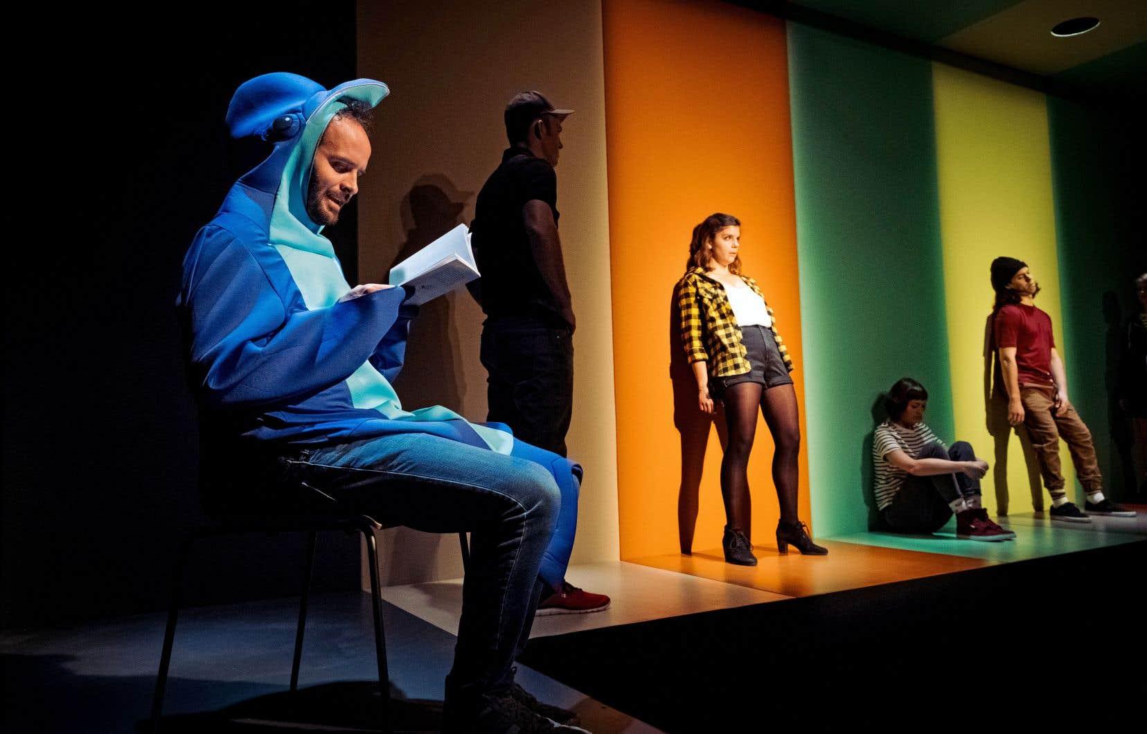 Déguisé en dauphin, le metteur en scène Michel-Maxime Legault s'est campé, sur le côté de la scène, en narrateur un peu sarcastique. Il lit les didascalies.
