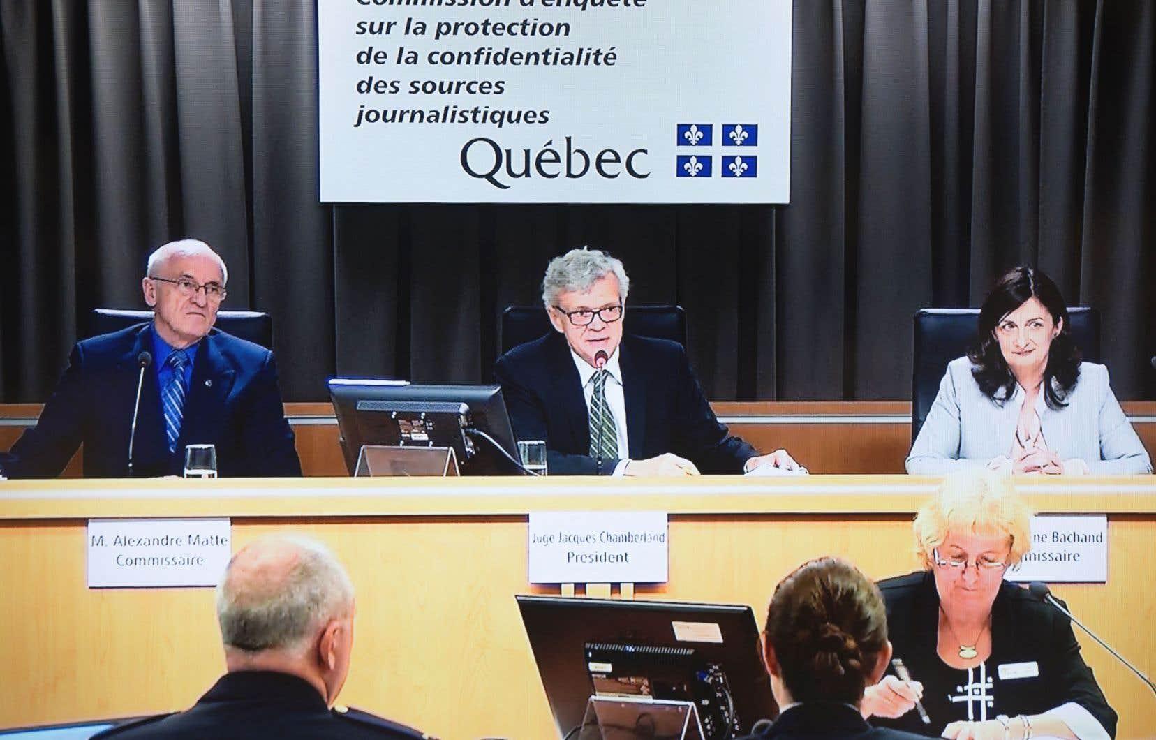 Le juge Jacques Chamberland (au centre), président de la commission d'enquête, était épaulé par les commissaires Alexandre Matte et Guylaine Bachand.