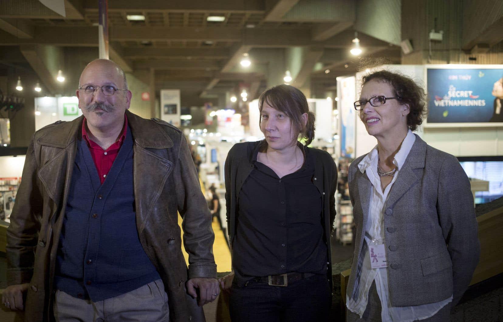 Guido Indij, un éditeur argentin, Charlotte Desmousseaux, libraire française, et Beate Thill, une traductrice allemande, au Salon du livre de Montréal