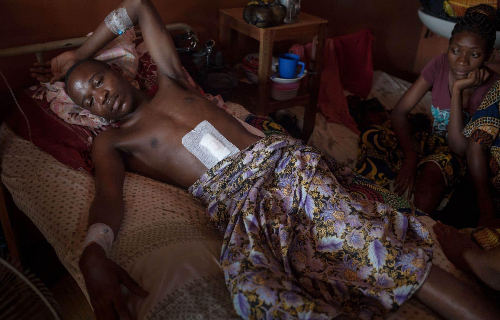 Emmanuel Ngallos, 35ans, est soigné à l'hôpital communautaire de Bangui. Il a été blessé le 11novembre par des éclats de grenade alors qu'il jouait au concert pour la réconciliation.