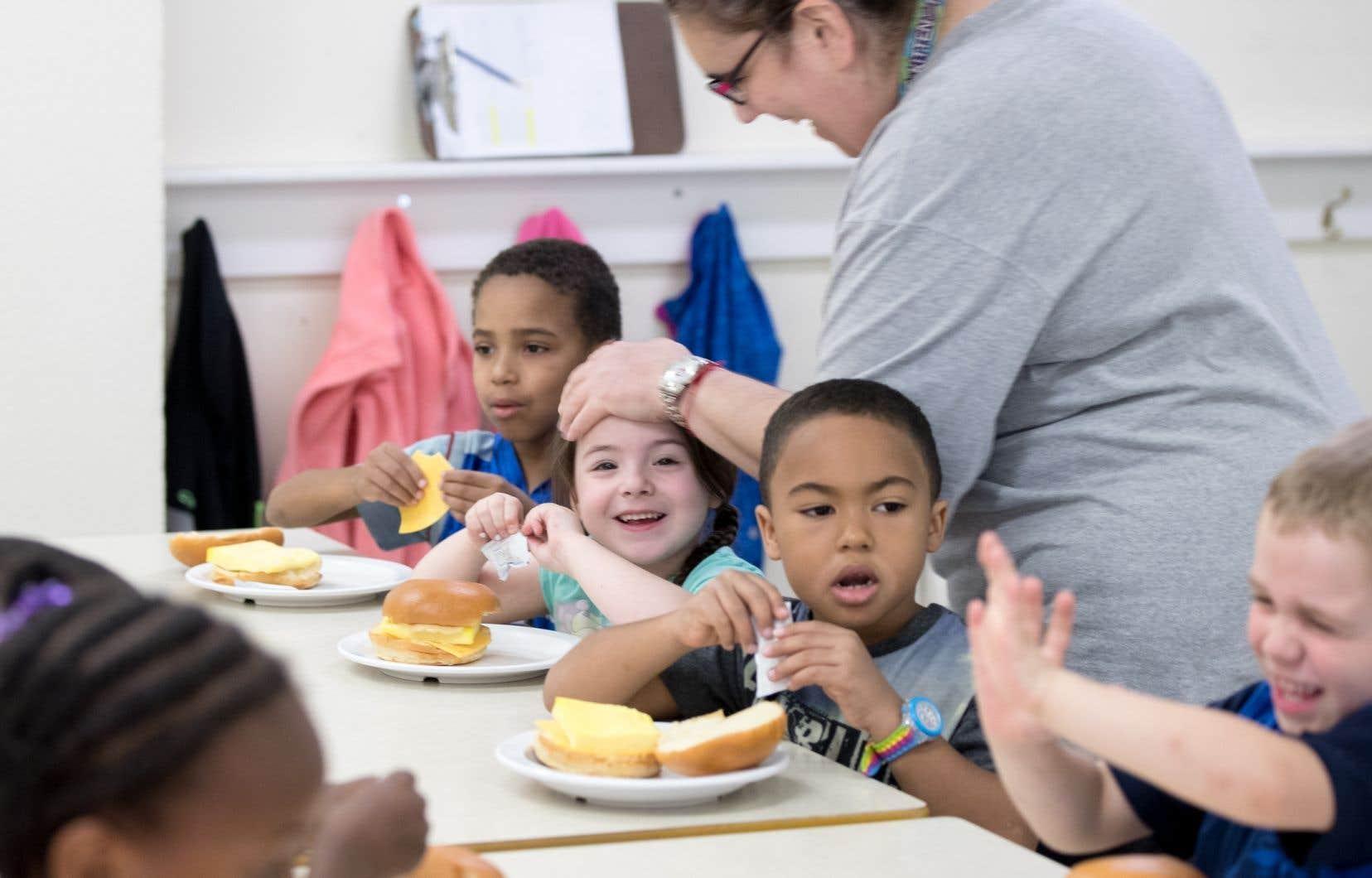 Les groupes communautaires distribuent chaque jour environ 15000 dîners à petits prix dans les écoles montréalaises.
