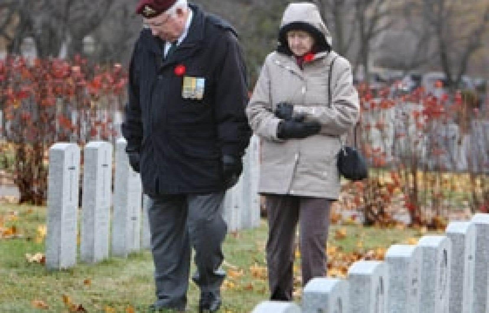 À Montréal, cet ancien combattant a souligné le jour du Souvenir en se rendant au cimetière de la Côte-des-Neiges.