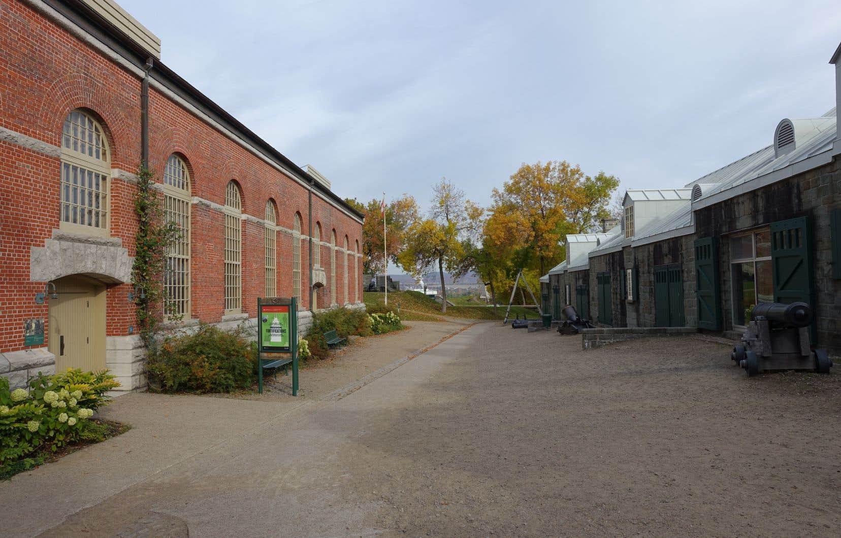 À Québec, un projet de loger les artefacts archéologiques u cœur du Parc-de-l'Artillerie a suscité des discussions. Mais des échanges entamés avec le bureau de la ministre fédérale Catherine McKenna se sont révélés sans suite.