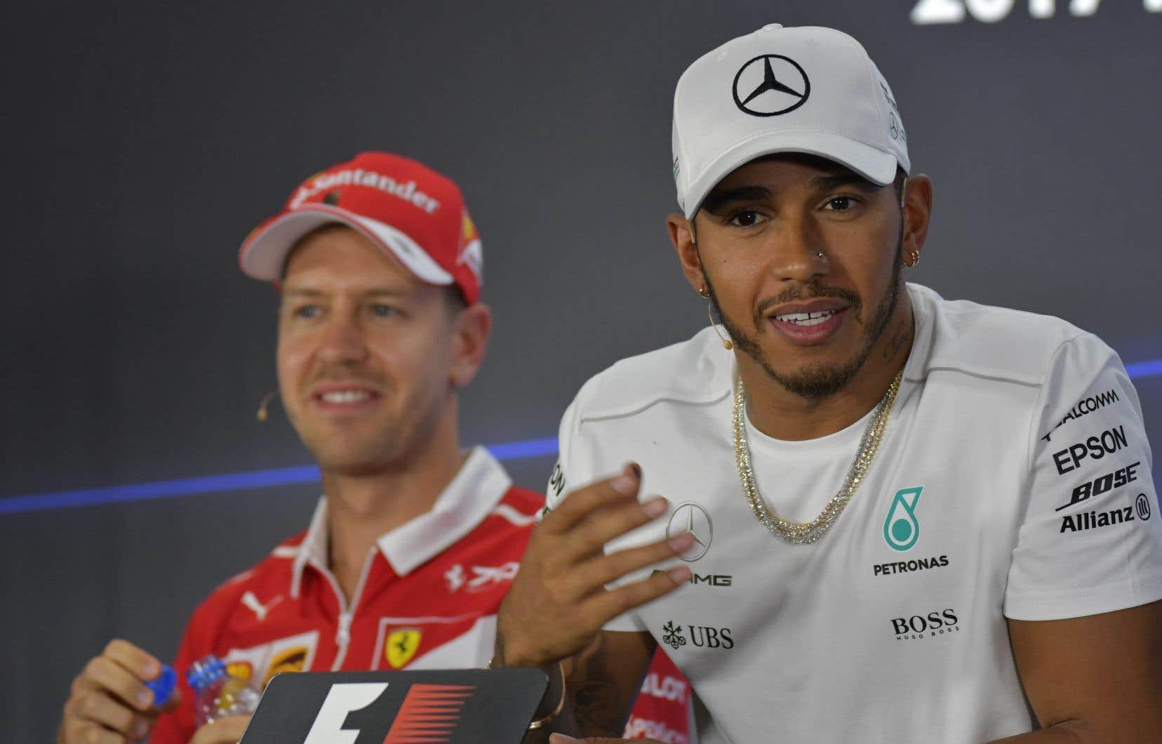 Les pilotes Sebastian Vettel et Lewis Hamilton lors d'une conférence de presse à Abou Dhabi, jeudi