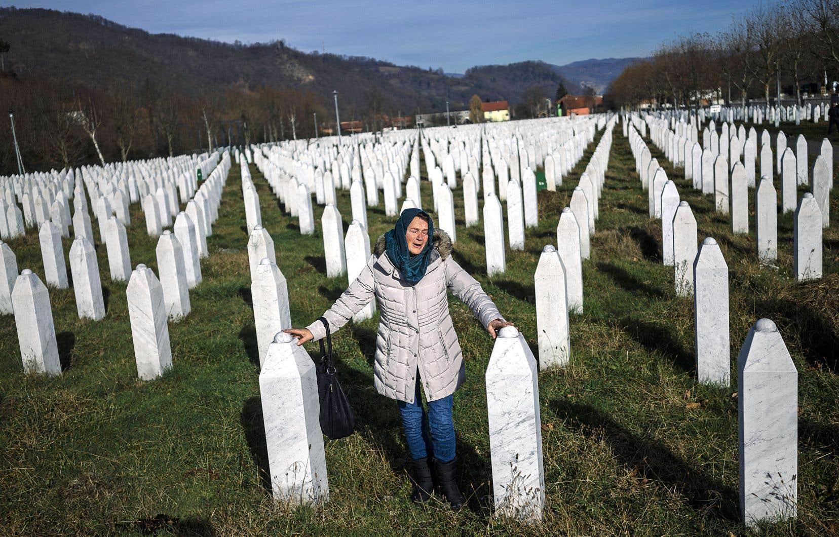Une femme pleure sur la tombe d'un proche enterré au Mémorial du génocide de Srebrenica, en Bosnie-Herzégovine, mercredi.
