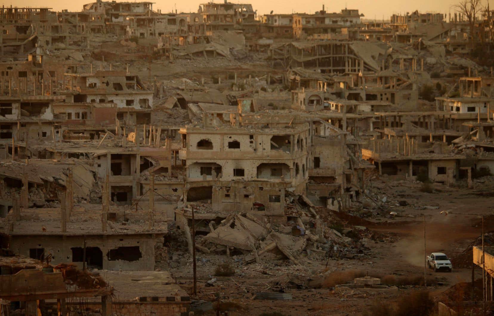 Un camion sillonne les rues dévastées d'un quartier rebelle de Daraa, une ville dans le sud de la Syrie, le 16 novembre dernier.