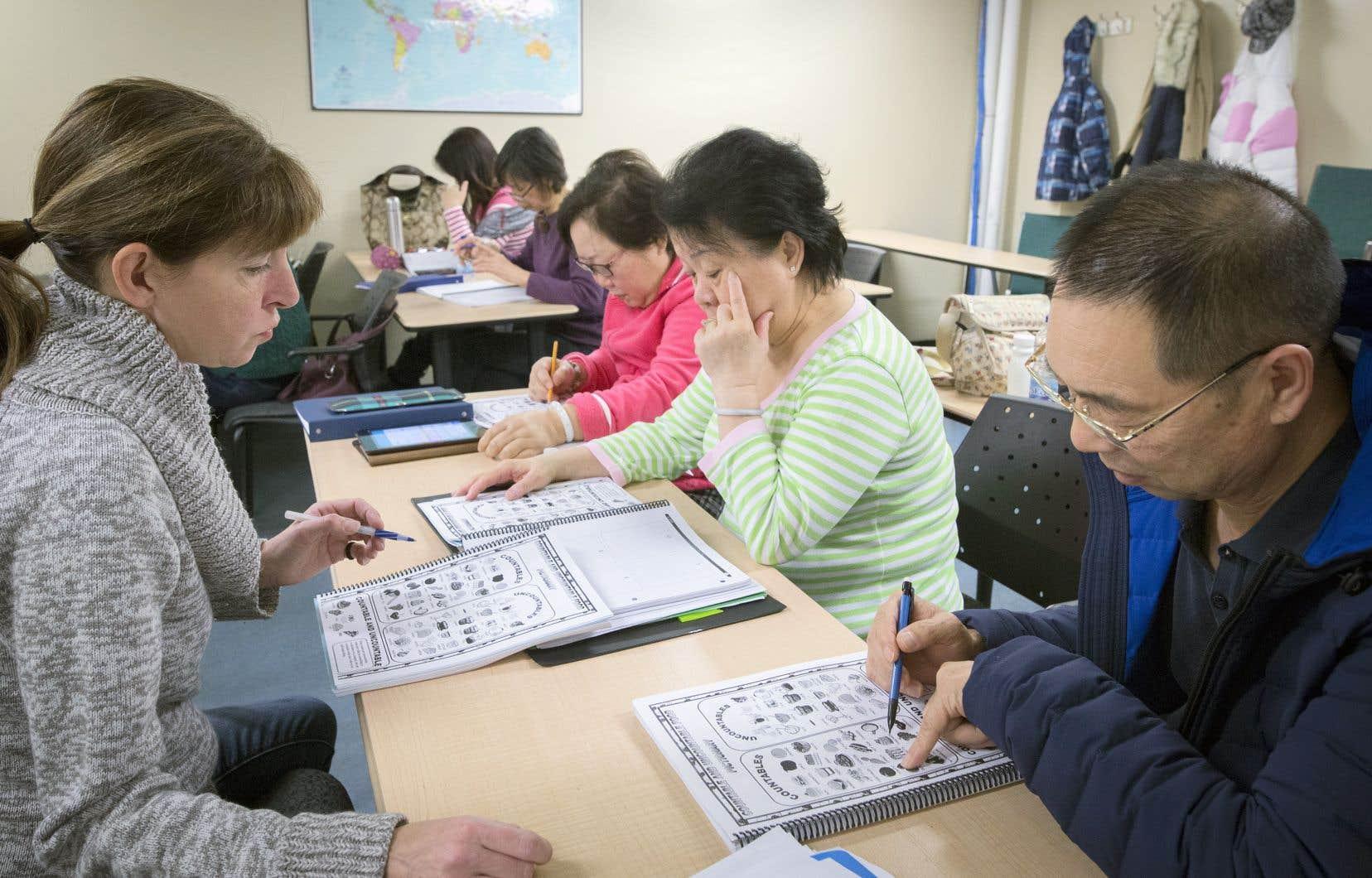 À l'étage du Centre Sino-Québec de Brossard, les nouveaux arrivants peuvent suivre des cours de langue pour faciliter leur intégration.