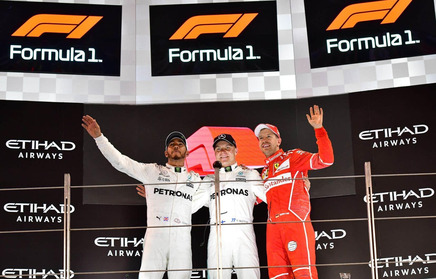 Valtteri Bottas et Sebastian Vettel célèbrent leur victoire sur le podium duGrand Prix d'Abou Dhabi.