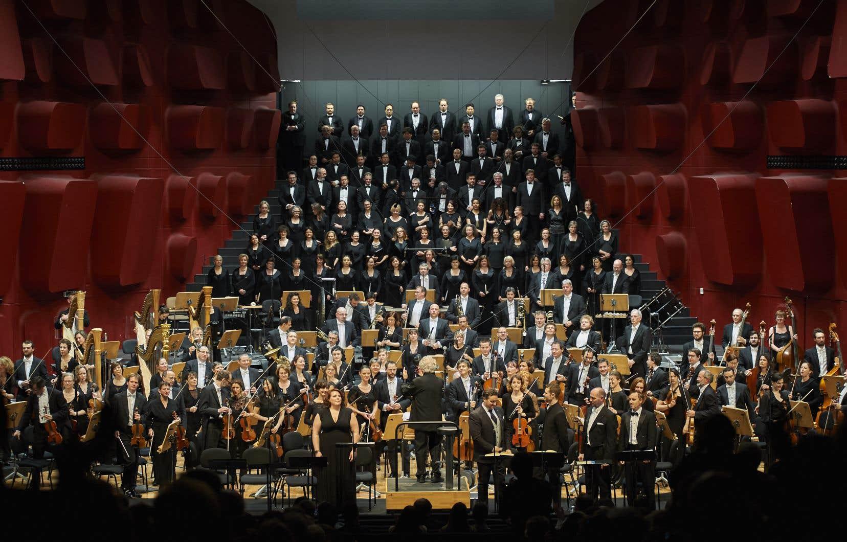 Marie-Nicole Lemieux (en avant-plan, à gauche) est capitale dans la réussite de l'entreprise, car la prêtresse Cassandre qu'elle incarne jusqu'à la transe met la table pour tout l'opéra.