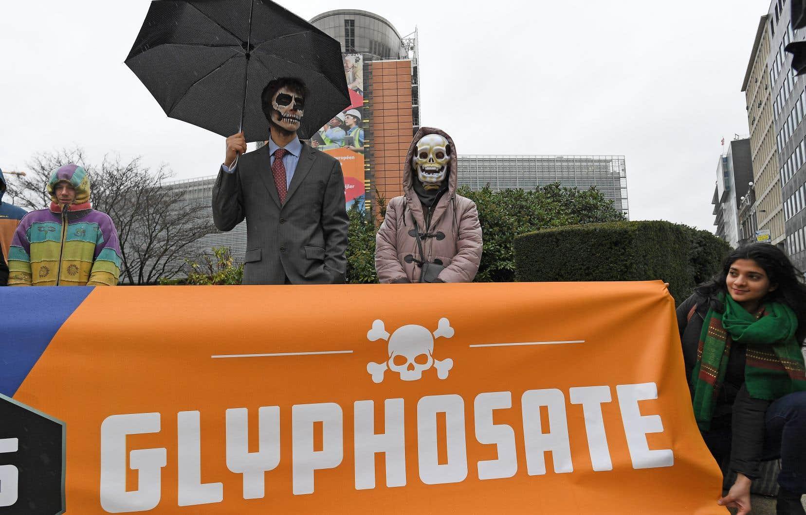 Des écologistes aux visages peints ont personnifié les dirigeants de Monsanto au cours d'une manifestation lundi devant le siège social de l'Union européenne à Bruxelles.