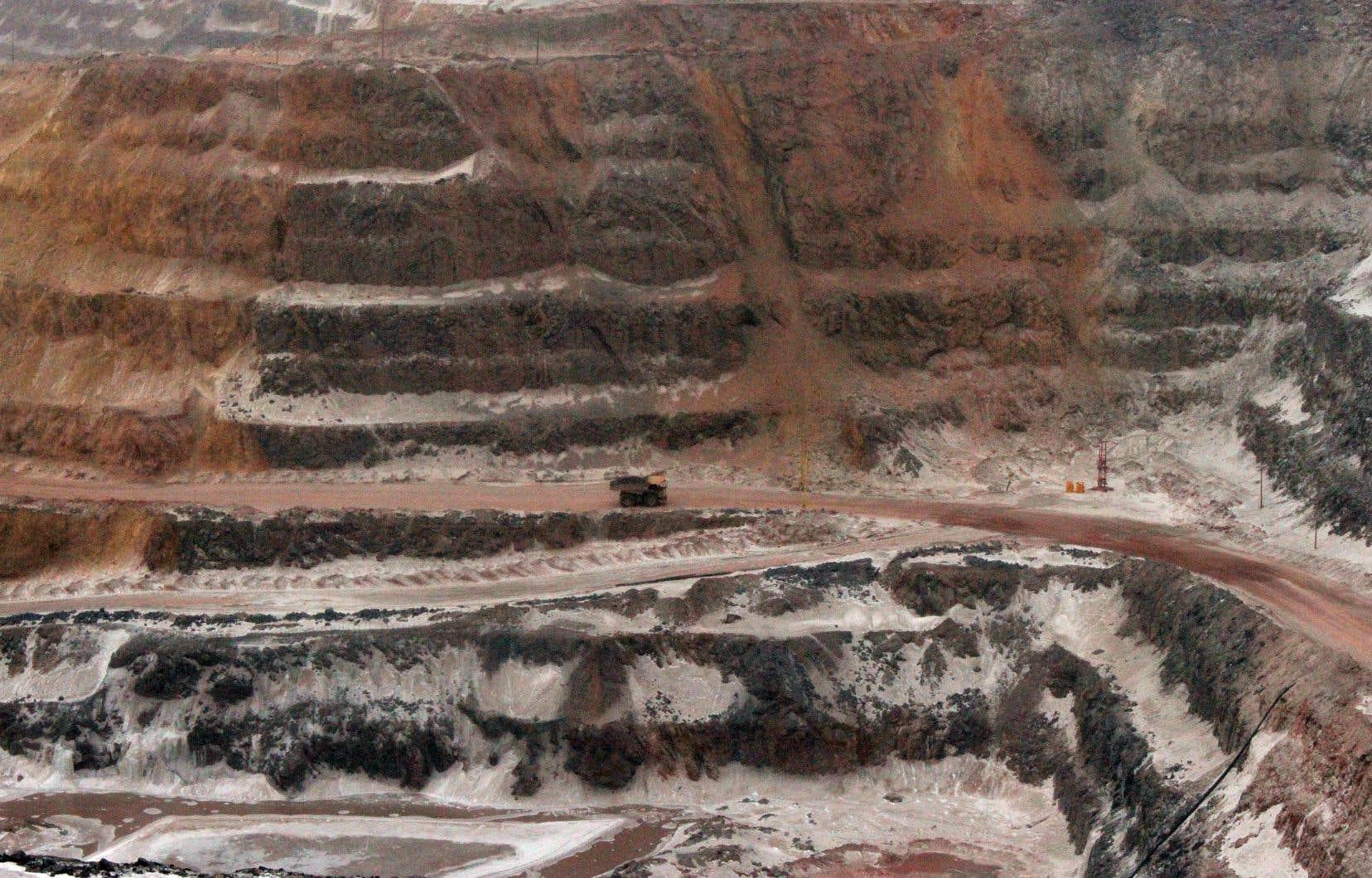 ArcelorMittal exploite une mine de fer à Fermont, sur la Côte-Nord,dont les différentes fosses devraient à terme atteindre une superficie totale de 11,3 km2.