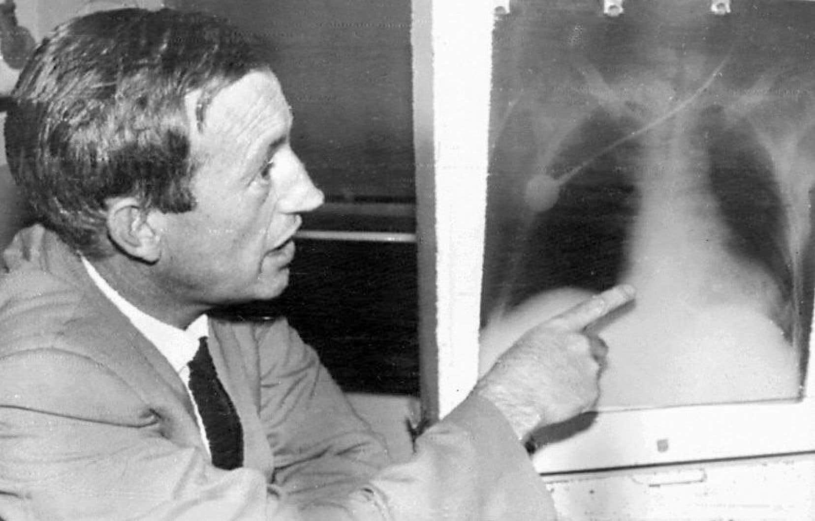 Le DrChristiaan Barnard examine la radio de la poitrine de Louis Washkansky, sur qui il a pratiqué, le 3décembre 1967, la première greffe du cœur.