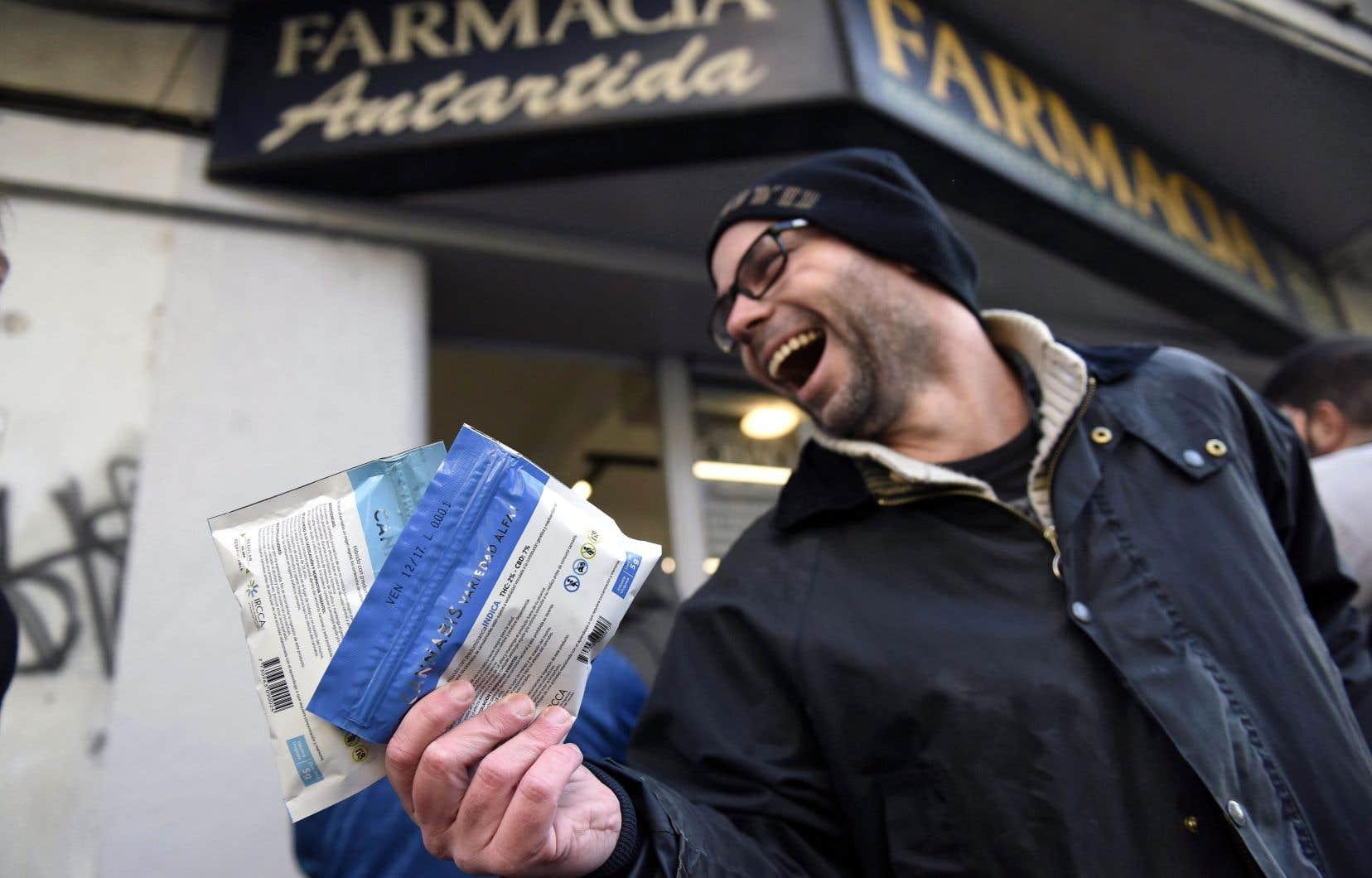 Un citoyen de Montevideo montre les deux sacs de cannabis achetés en pharmacie après que l'Uruguay eut rendu légale la vente de la marijuana sous le contrôle de l'État en juillet dernier.