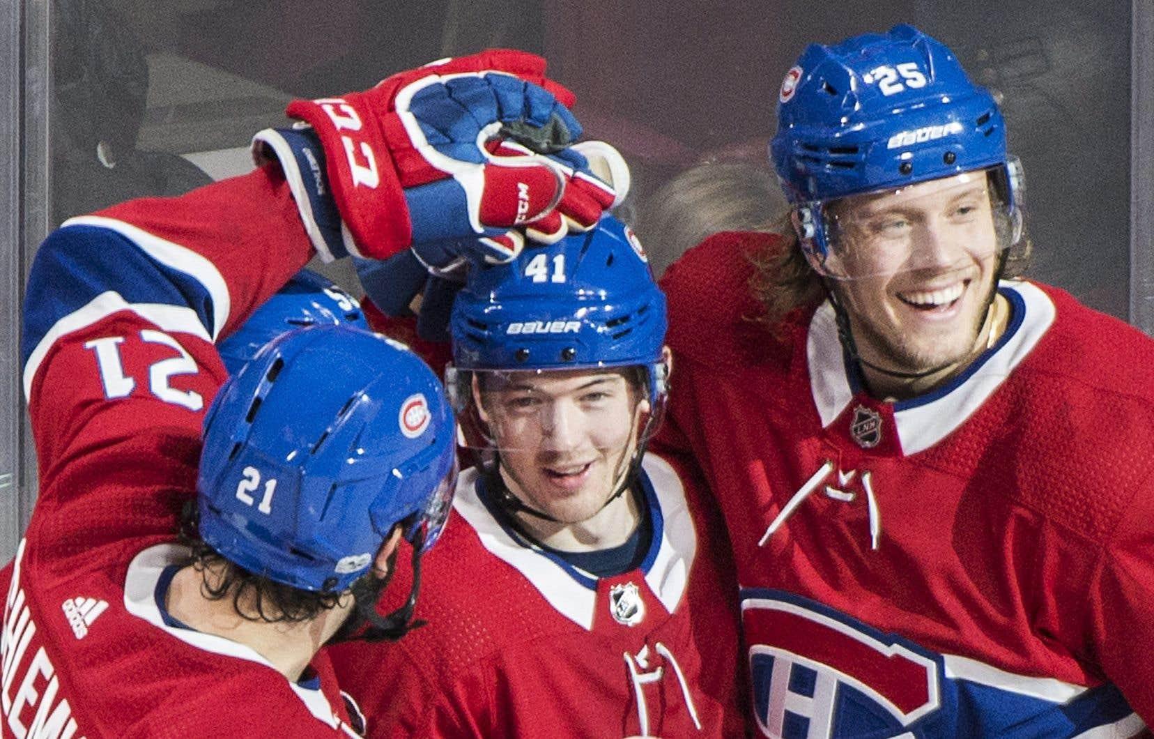 Paul Byron (au centre) a complété son tour du chapeau en deuxième période.