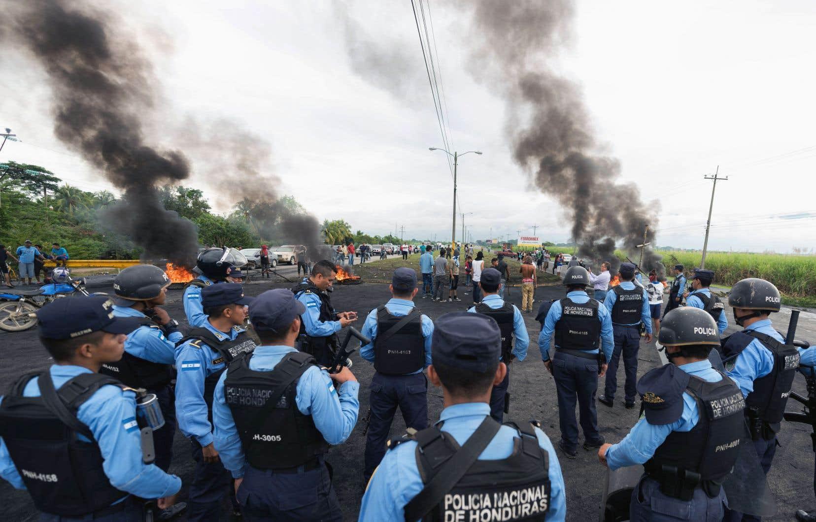 Un président sortant candidat malgré la Constitution, un dépouillement très lent, des accusations de fraude: au Honduras, ce cocktail explique les manifestations de violence, alors que la présidentielle du 26 novembre n'a toujours pas de vainqueur officiel.