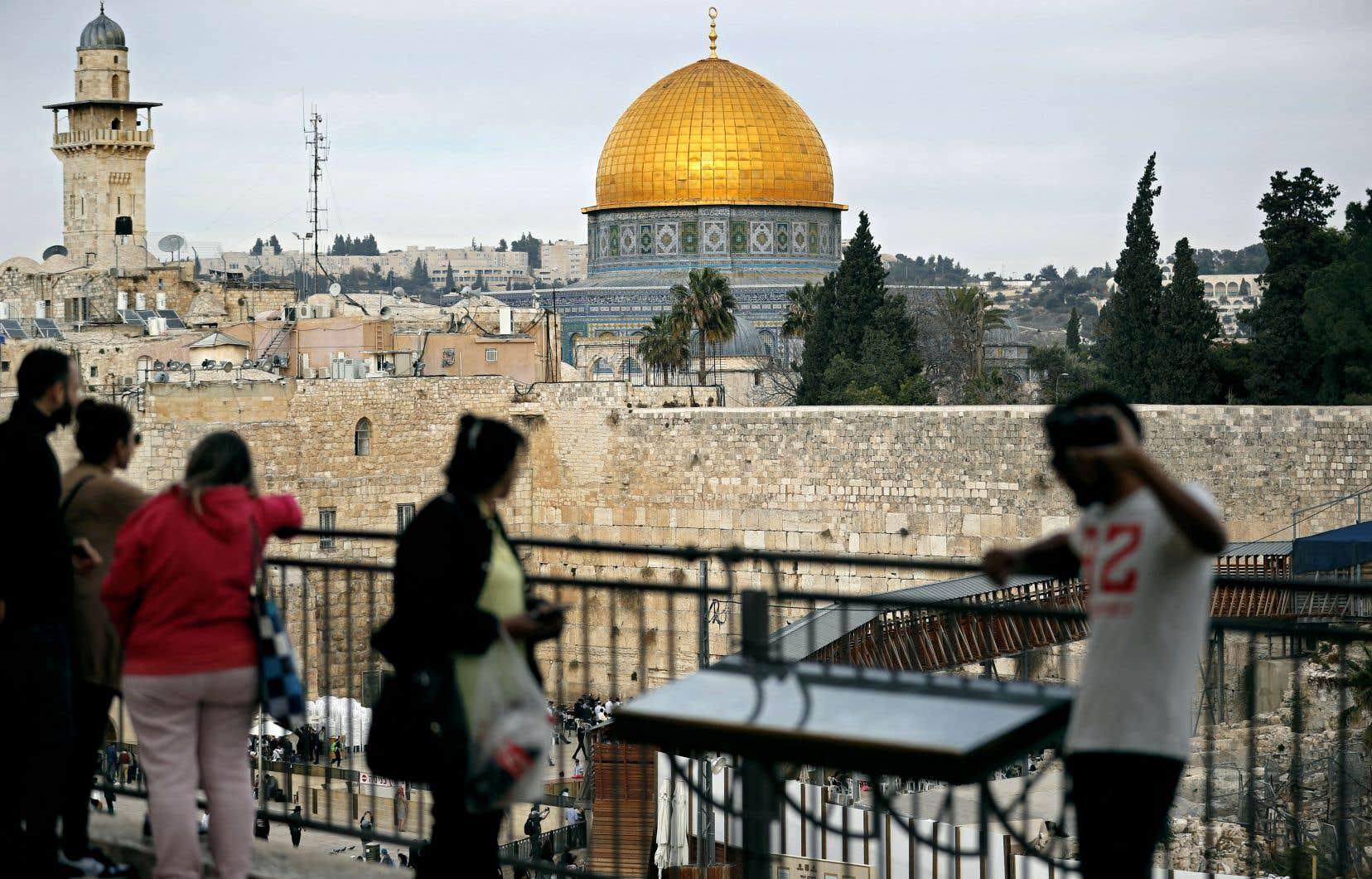 Le président américain ordonnera par ailleurs de préparer le transfert de l'ambassade des États-Unis de Tel-Aviv à Jérusalem.