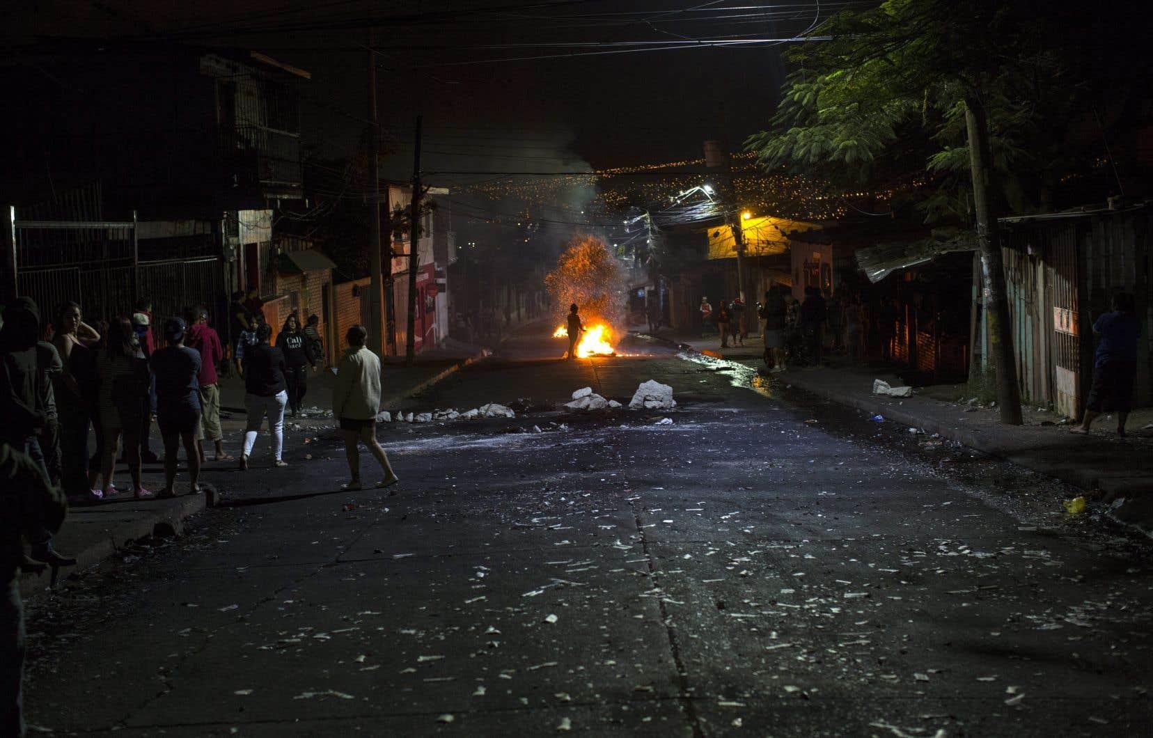 Dans la capitale Tegucigalpa, des milliers d'habitants continuent de défier le couvre-feu pour ériger des barricades et frapper dans des casseroles.