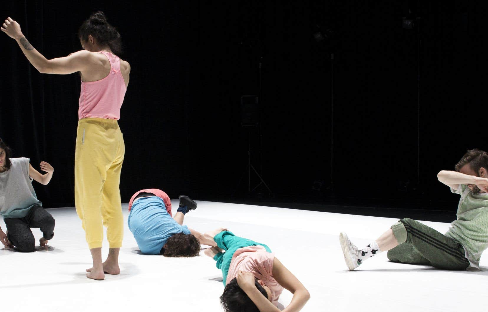 Plusieurs éléments de «Cosmic Love» semblent pensés pour nourrir le travail des danseurs plutôt que les spectateurs.