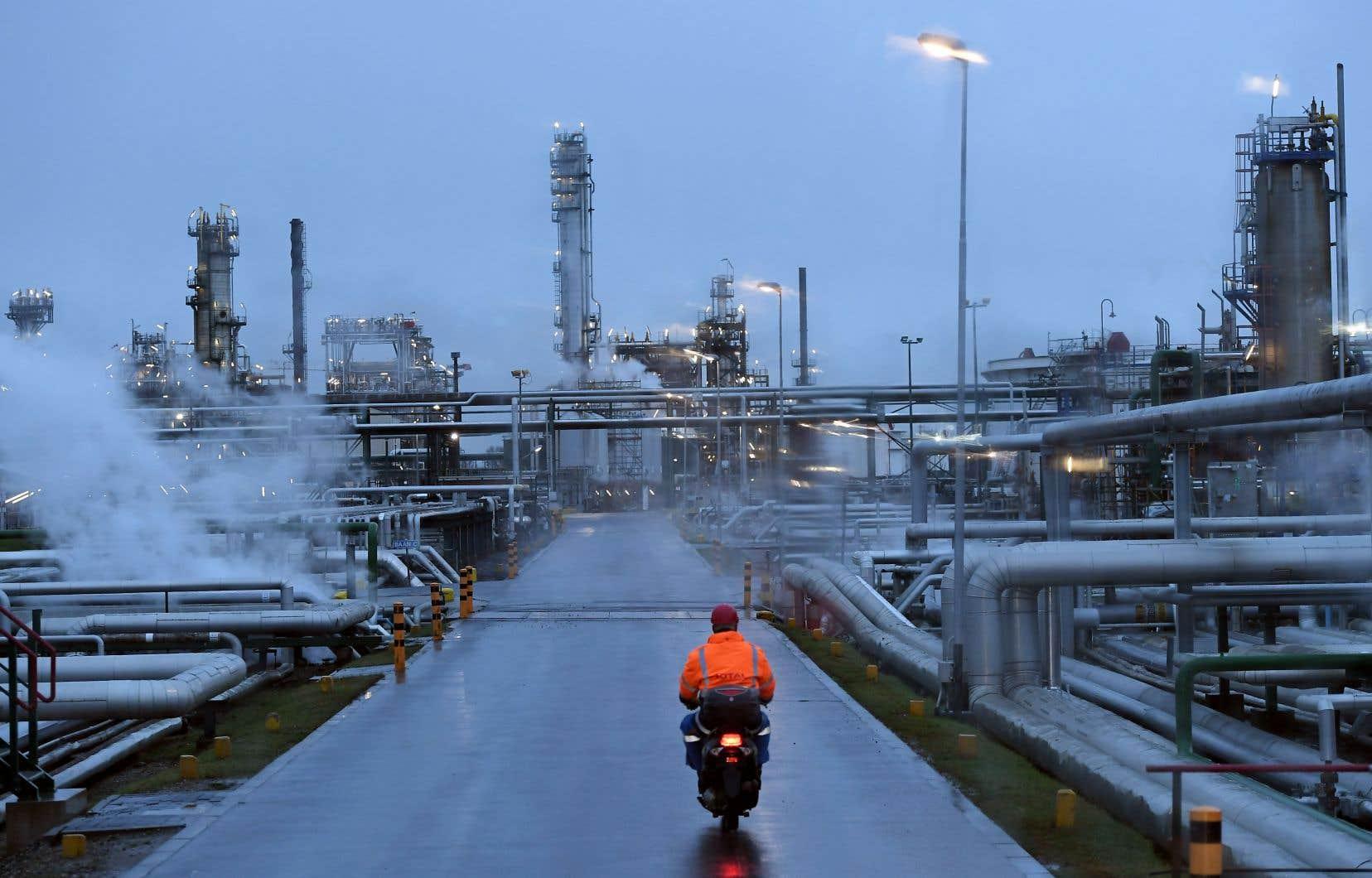 Des installations de raffinage du groupe pétrolier et gazier Total à Anvers, en Belgique