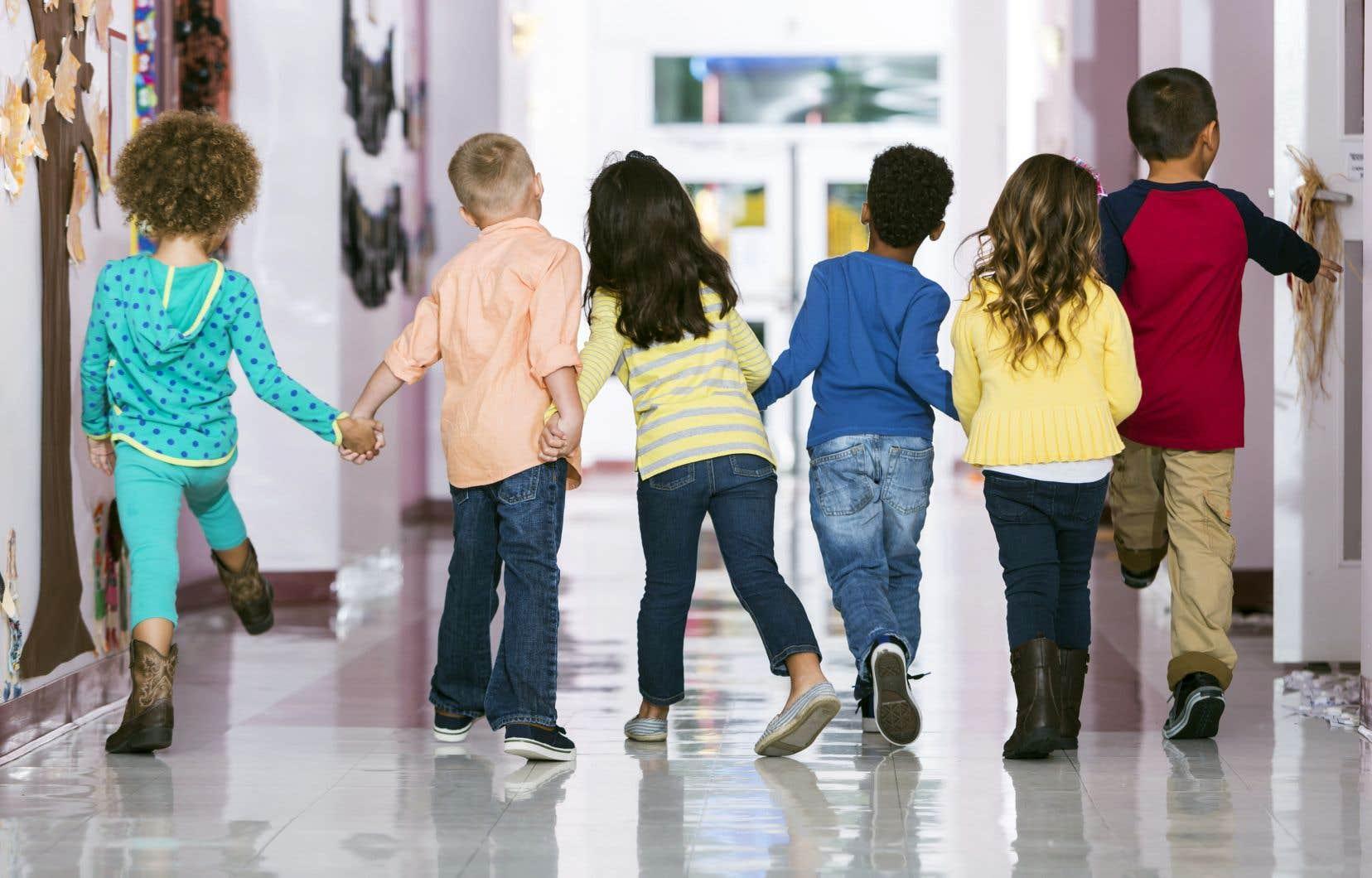 Le gouvernement Couillard versera 670 millions aux commissions scolaires pour compenser la perte de revenus découlant de la réforme de la taxation scolaire.