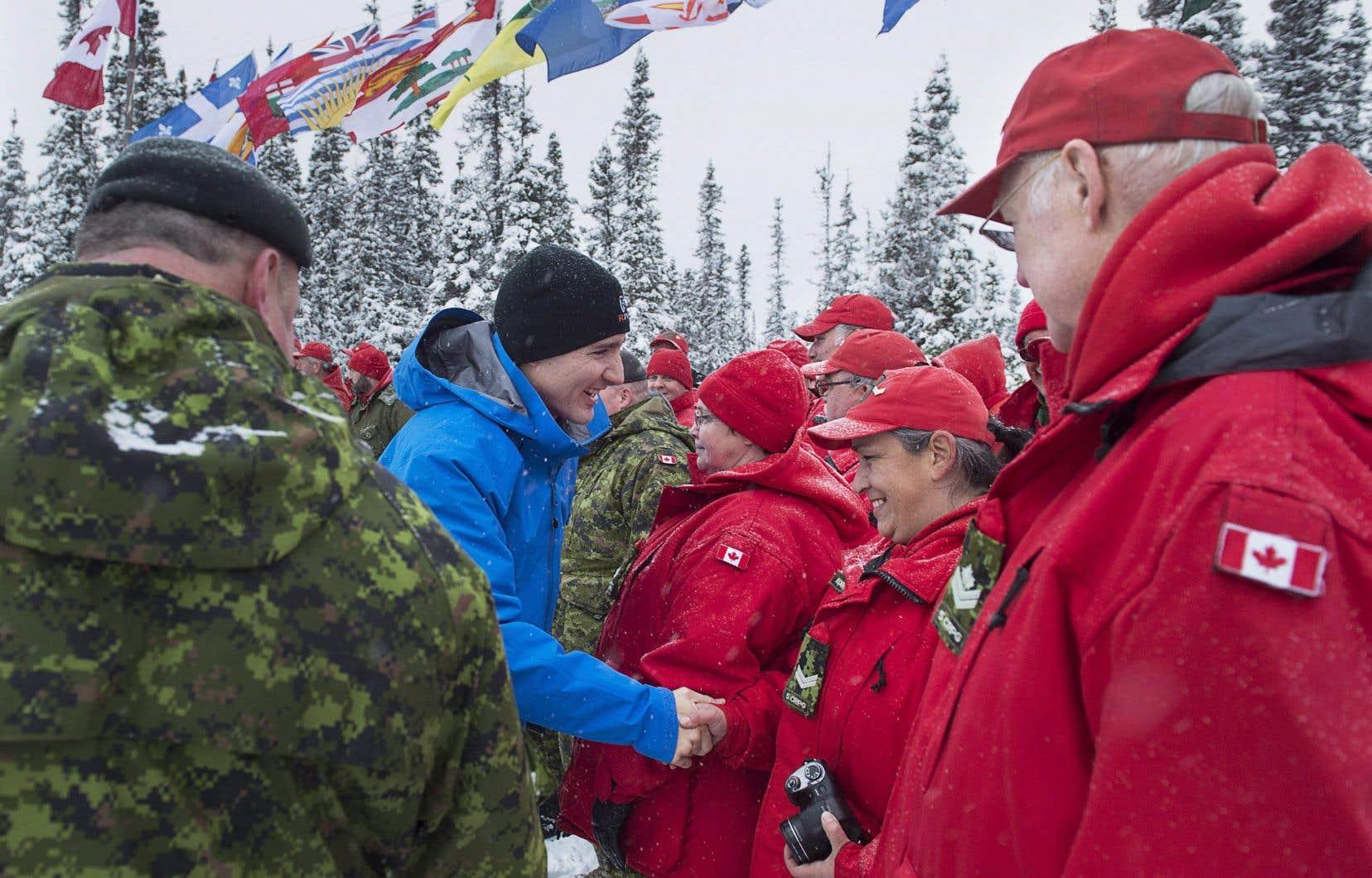Le premier ministre Justin Trudeau a rencontré des membres des Rangers canadiens, une unité de réserve composée en majorité d'autochtones, qui constituent la principale présence militaire dans le nord du pays.
