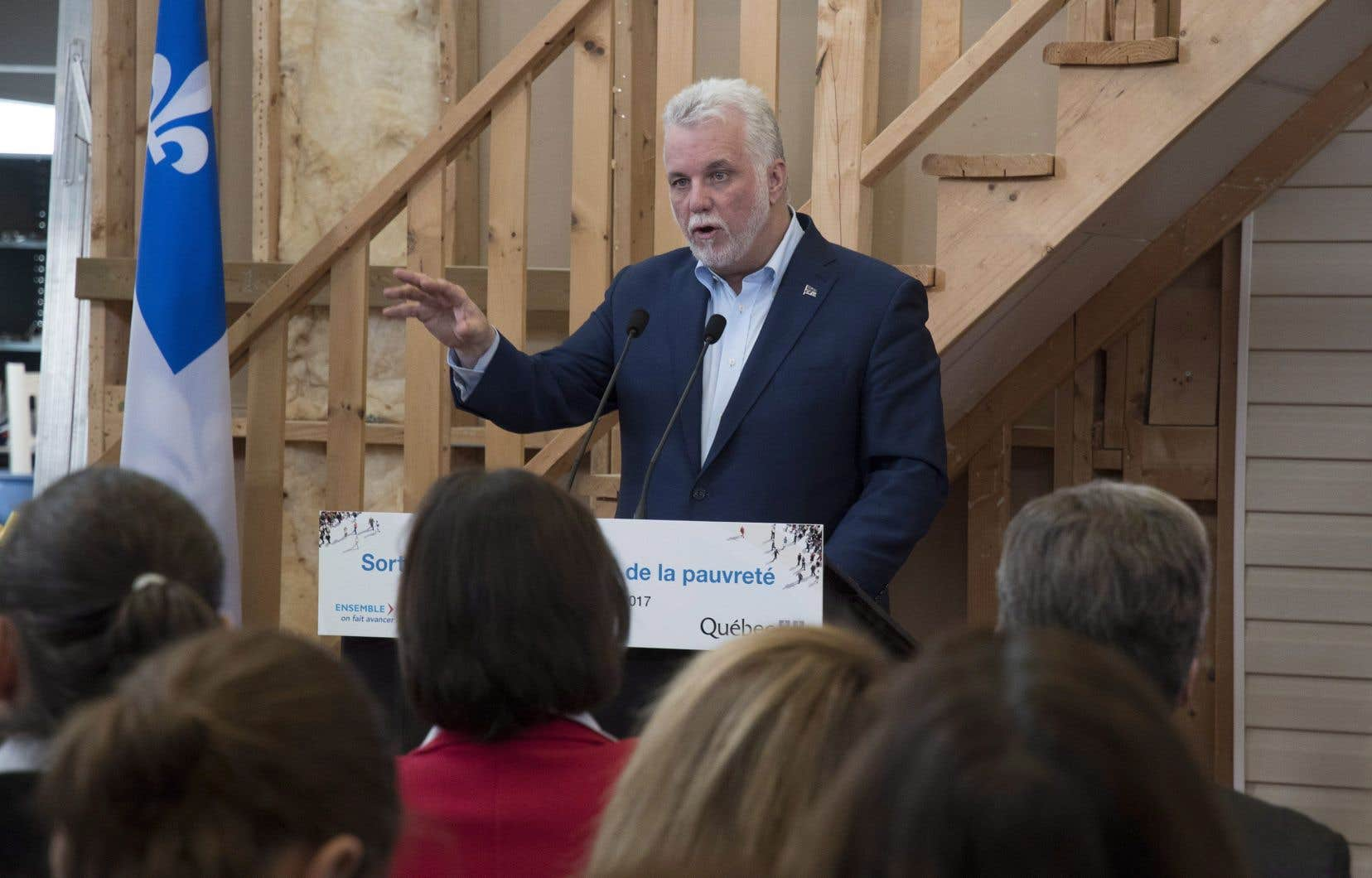 Le premier ministre Philippe Couillard a présenté dimanche le plan de lutte du gouvernement contre la pauvreté.