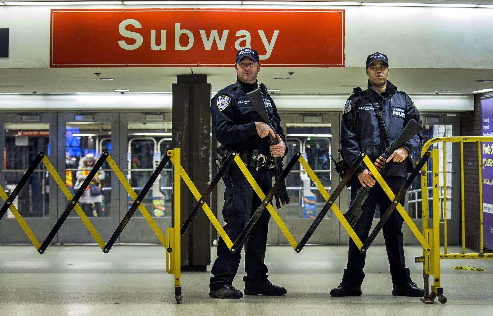 Les accès au métro de New York ont été fermés pendant une partie de la journée de lundi après l'explosion d'une bombe artisanale dans un tunnel du métro de Times Square.