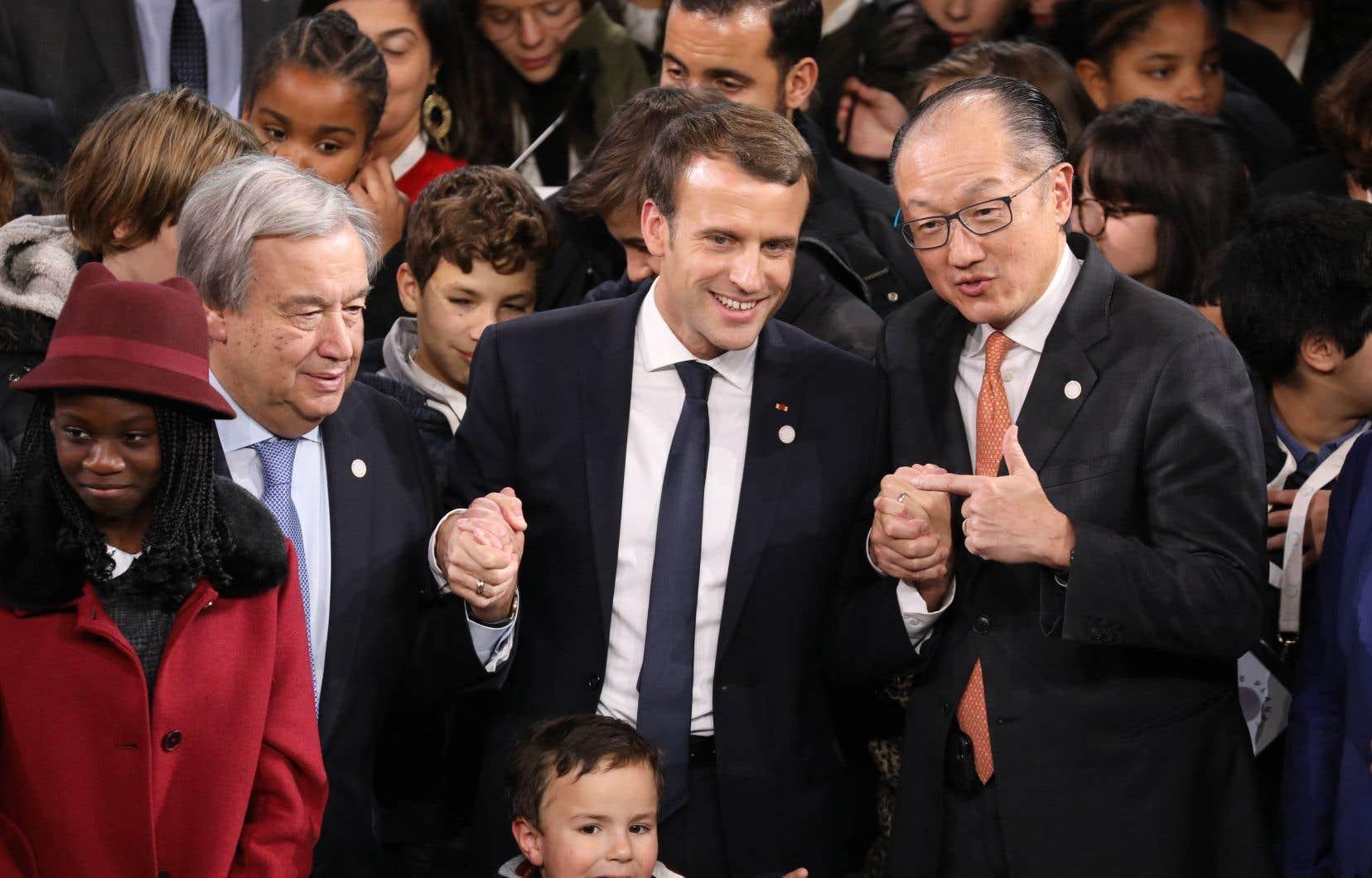 Le secrétaire général des Nations unies, António Guterres, le président français, Emmanuel Macron, et le président de la Banque mondiale, Jim Yong Kim, posent pour les photographes au One Planet Summit organisé à Paris.