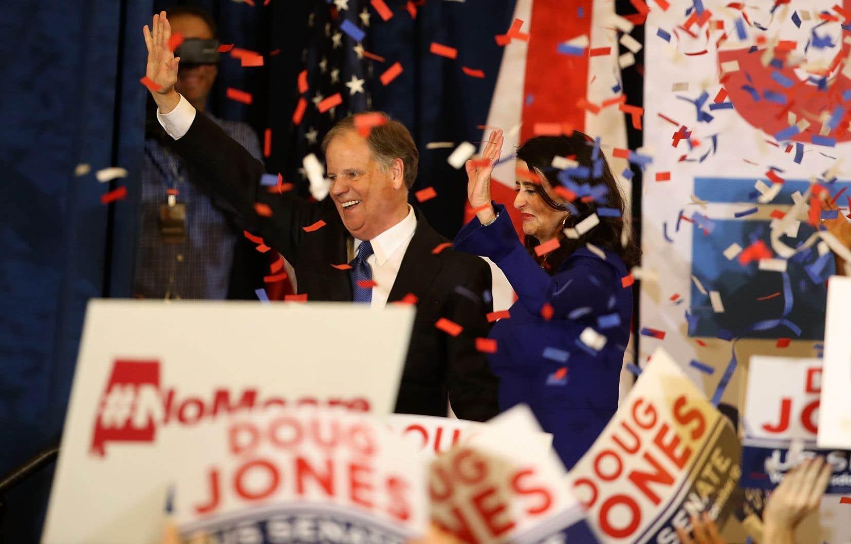 Le démocrate Doug Jones salue ses partisans rassemblés à Birmingham, après avoir été déclaré vainqueur de l'élection sénatoriale en Alabama, mardi soir.